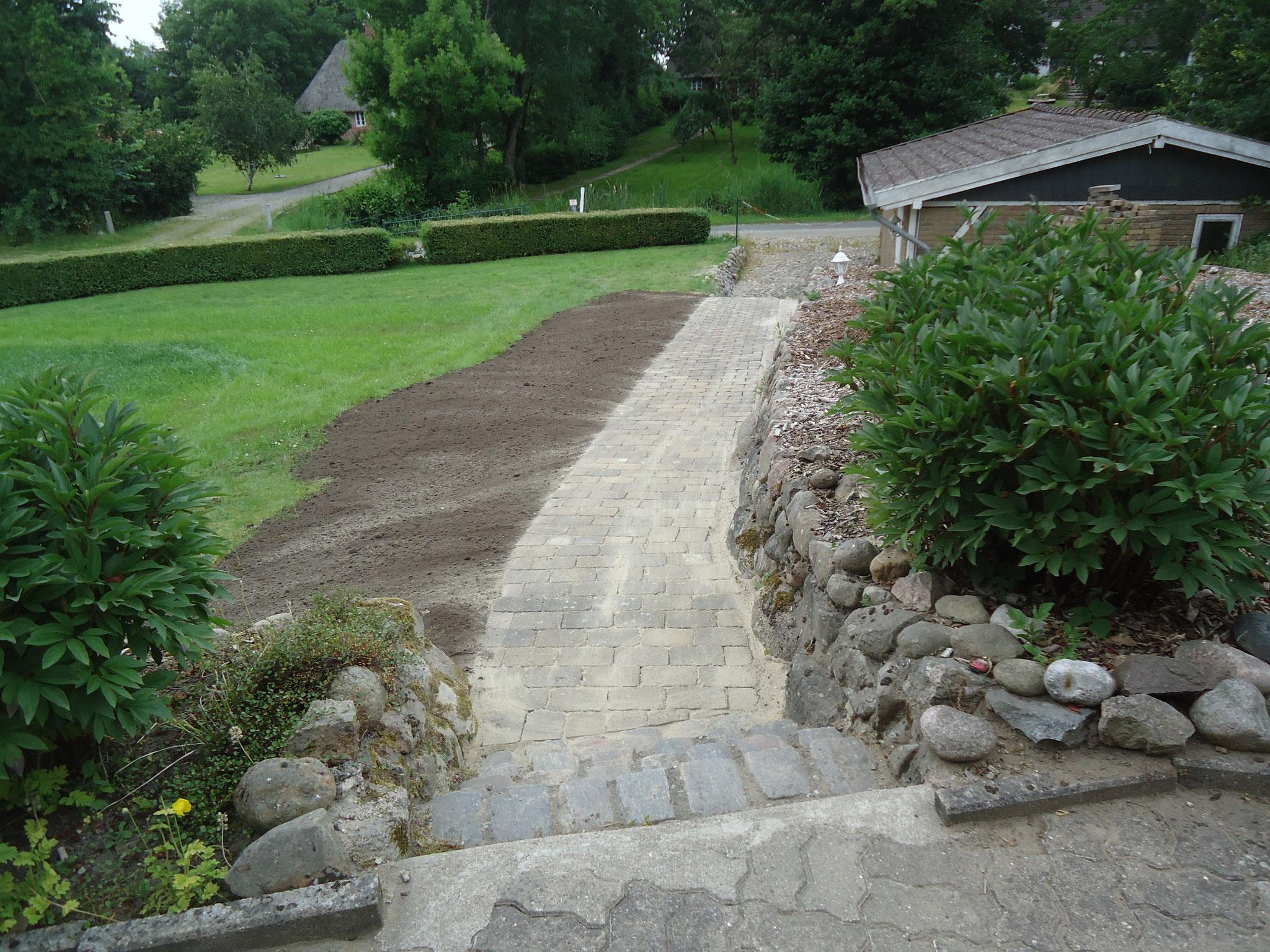 Mit einem Teil der Steine konnte der Weg vom Schuppen zum Hintereingang gepflastert werden.