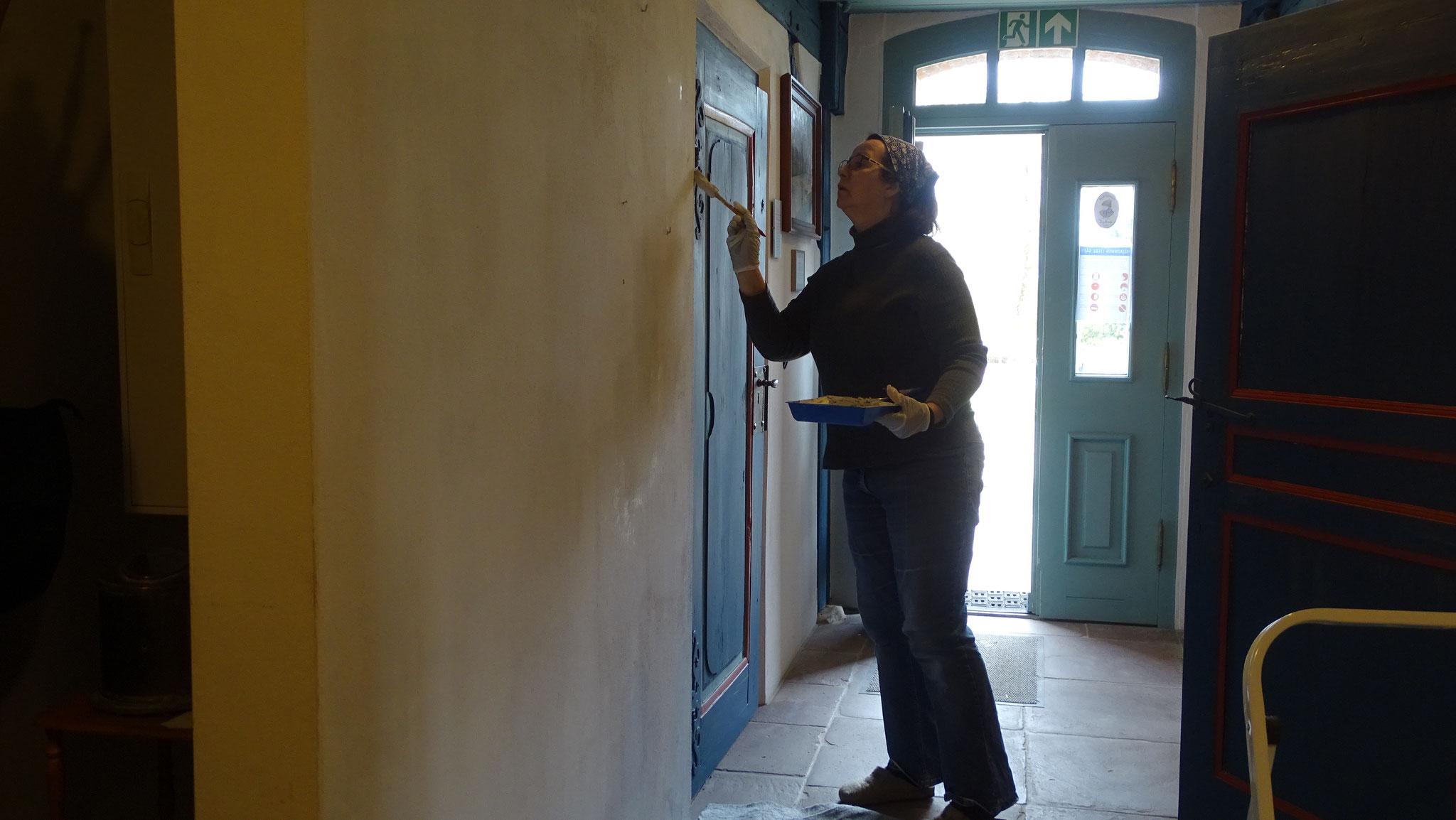 Karin bessert den Anstrich in mehreren Räumen aus.