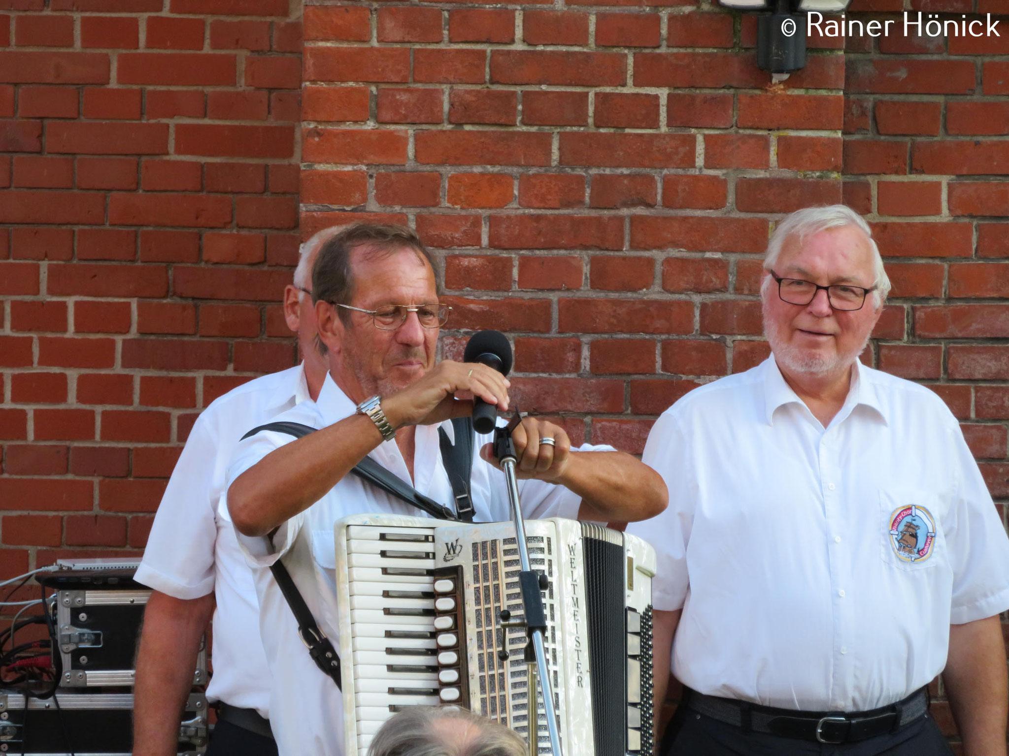Leiter des Shanty-Chores Udo Brozio mit seinem Schifferklavier