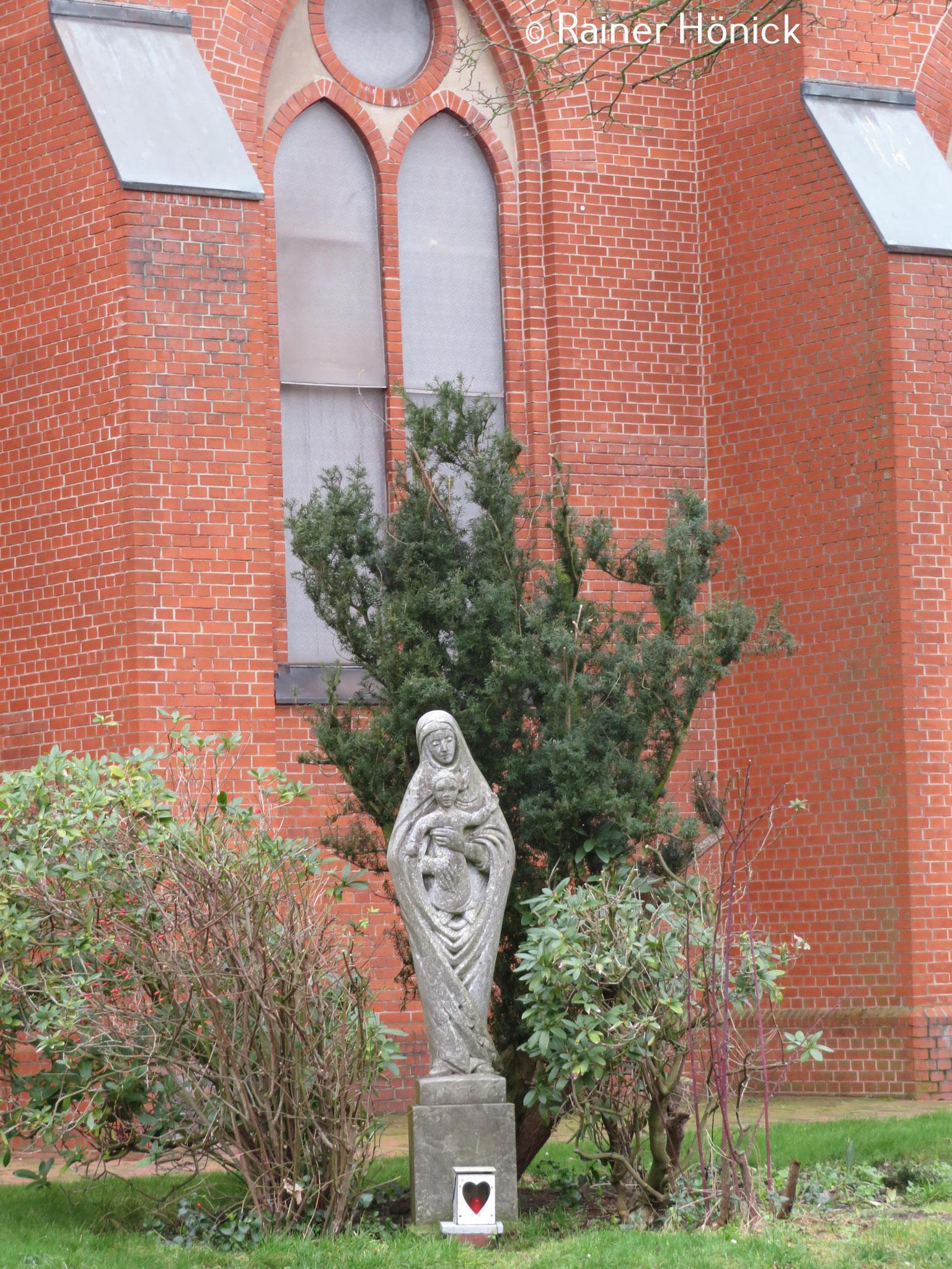 Marienfigur vor der Herz-Jesu Kirche am Meer