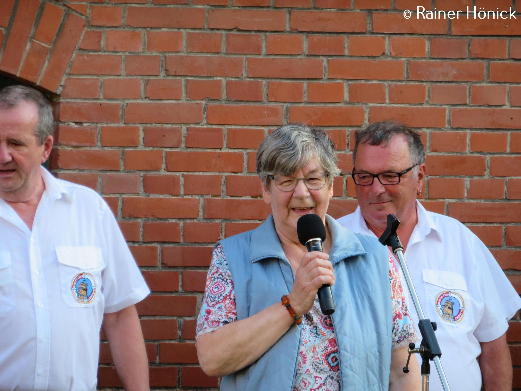 Anna Maria Höchtl begrüßt den Shanty-Chor