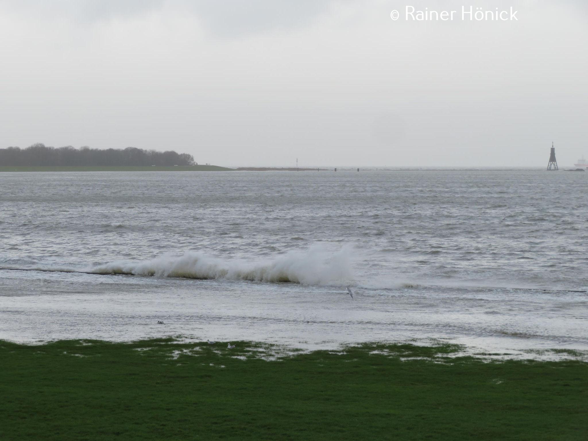 Wellen brechen sich an den Wellenbrechern