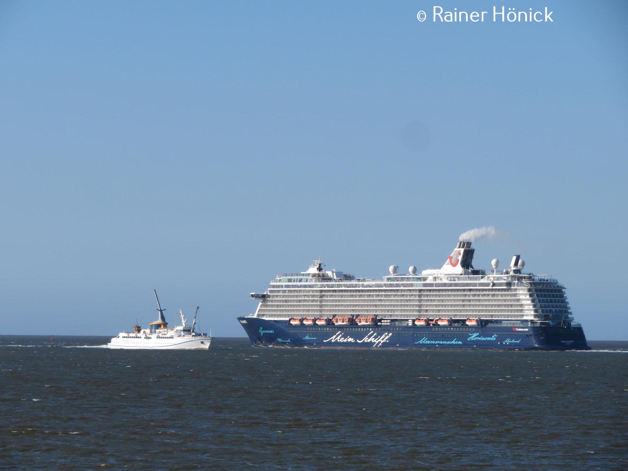 Die Helgoland passiert Mein Schiff 3