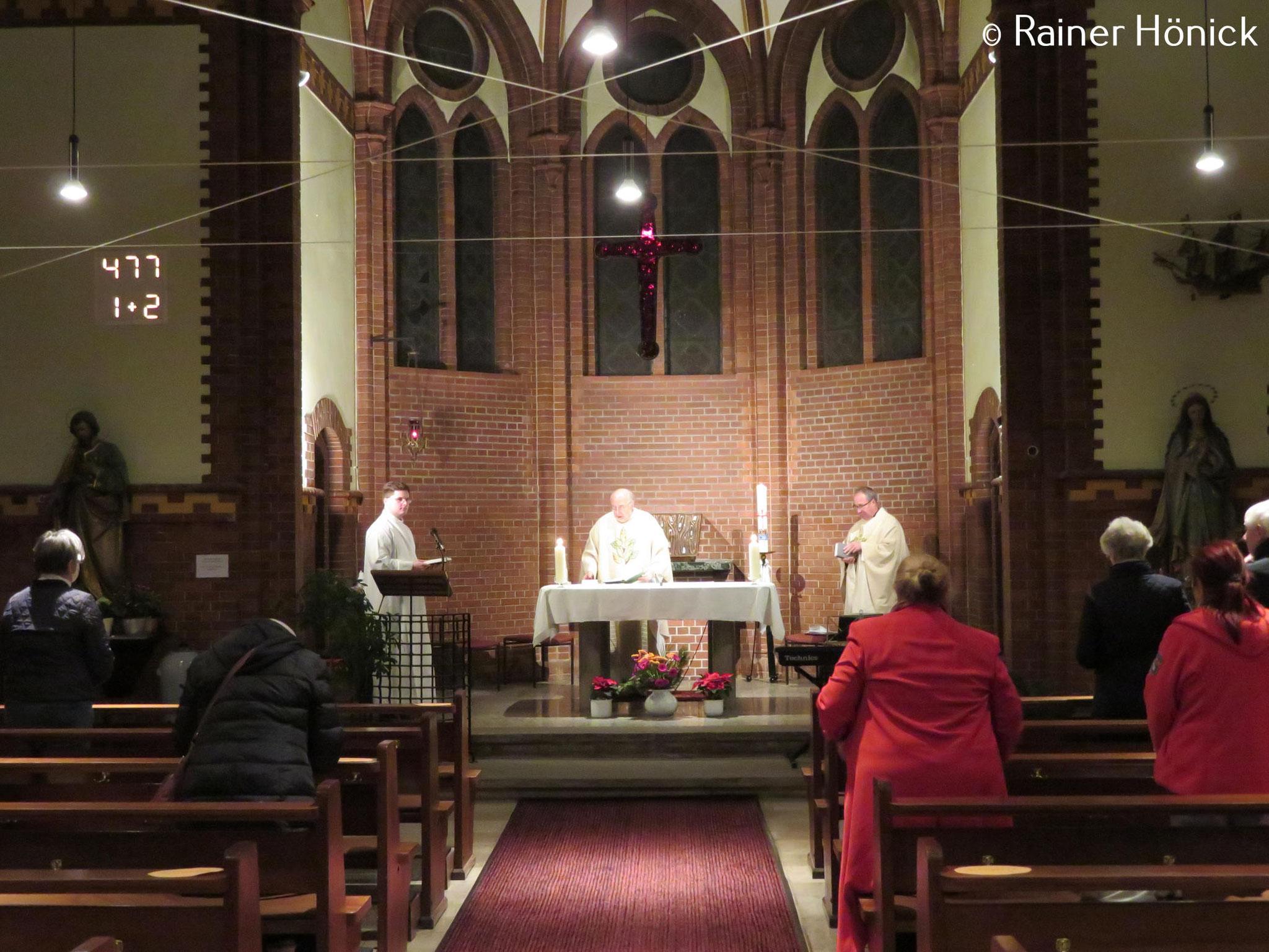 Pfr. Christian Piegenschke eröffnet die Eucharistiefeier