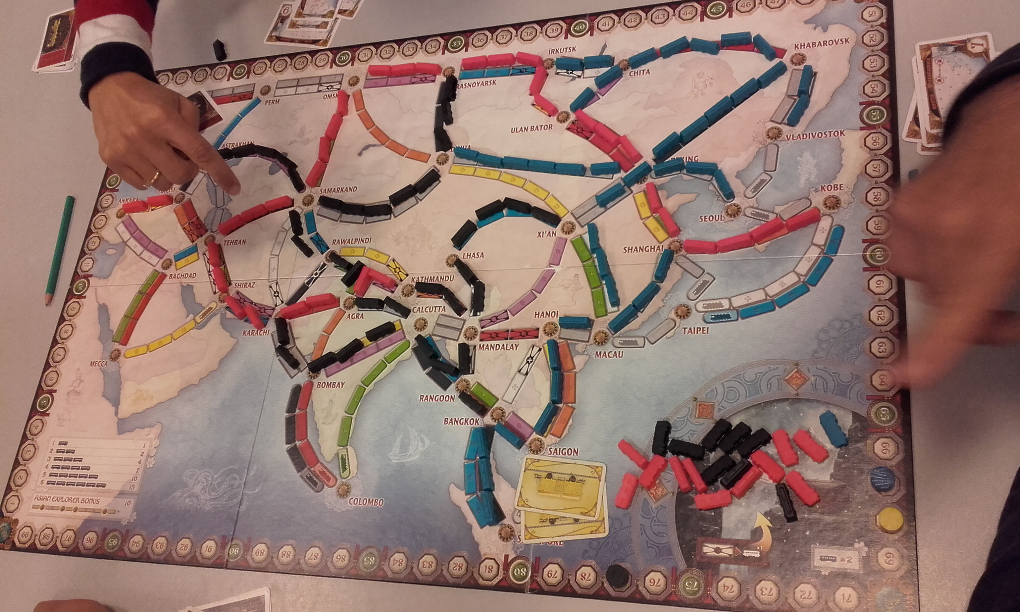 2e tour, table H : le joueur bleu à l'est, rouge à l'ouest et le noir étale son réseau ferré depuis le centre