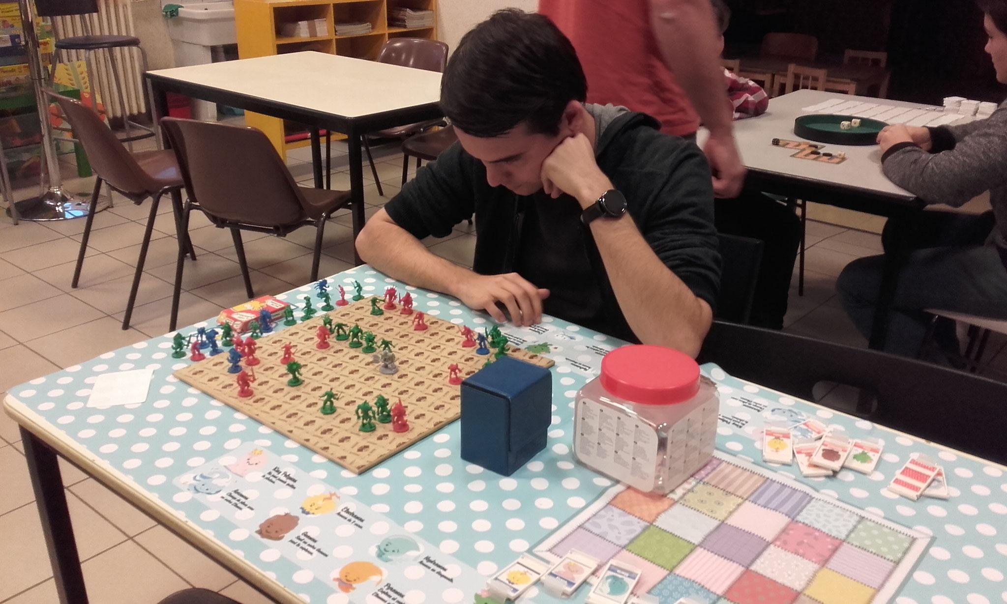 Embuscade, un jeu solitaire où il faut éliminer ses ennemis pour trouver à se cacher de leur regard
