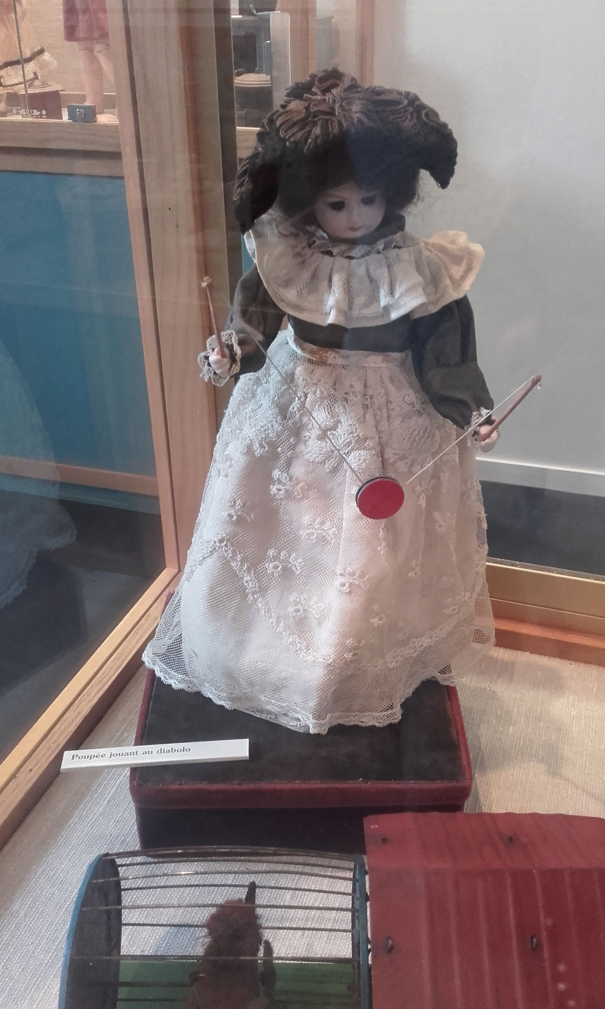 poupée faisant du diabolo