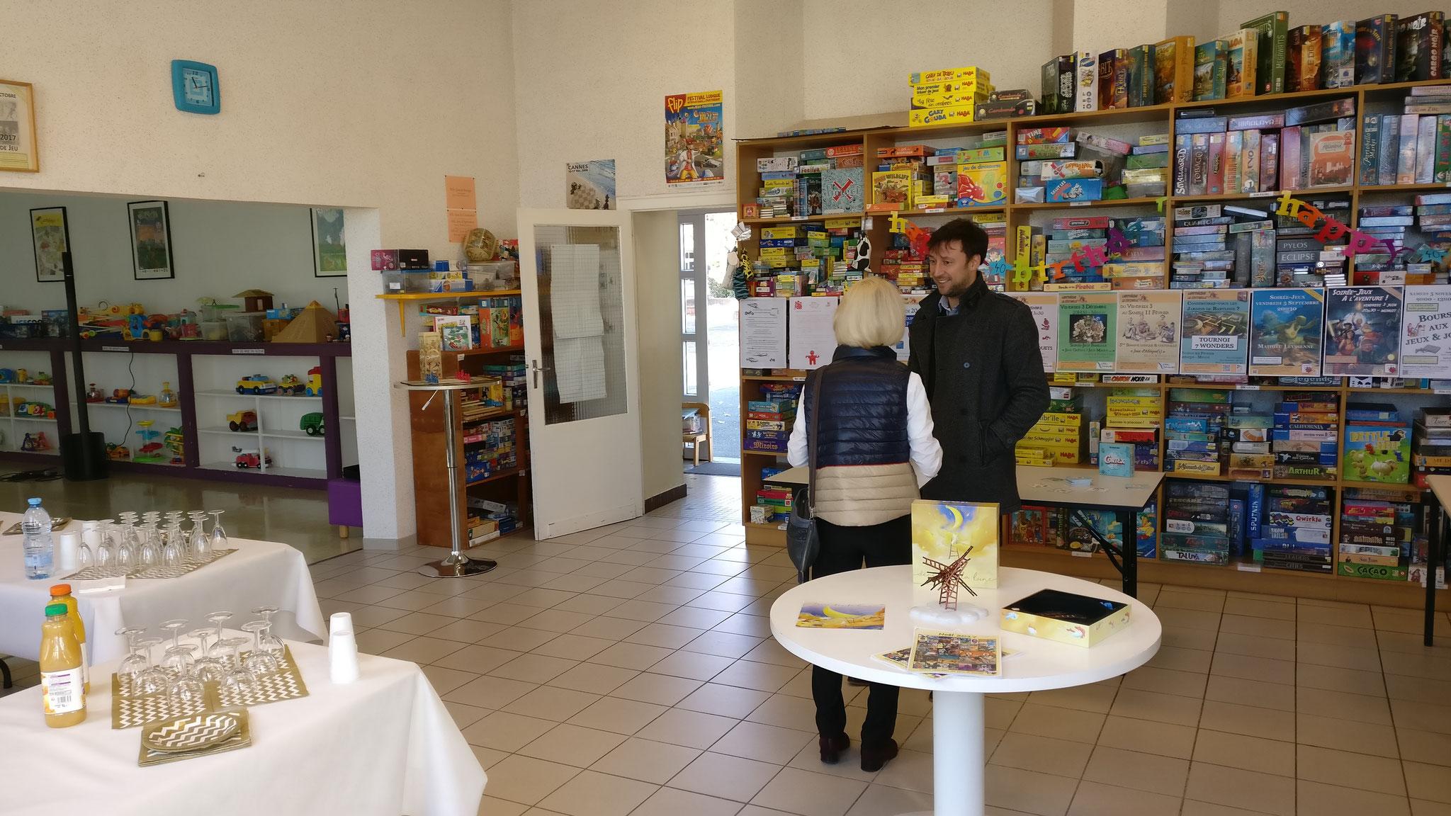 Annie Chiarotto en pleine discussion avec le directeur Petite Enfance, Enfance & Jeunesse