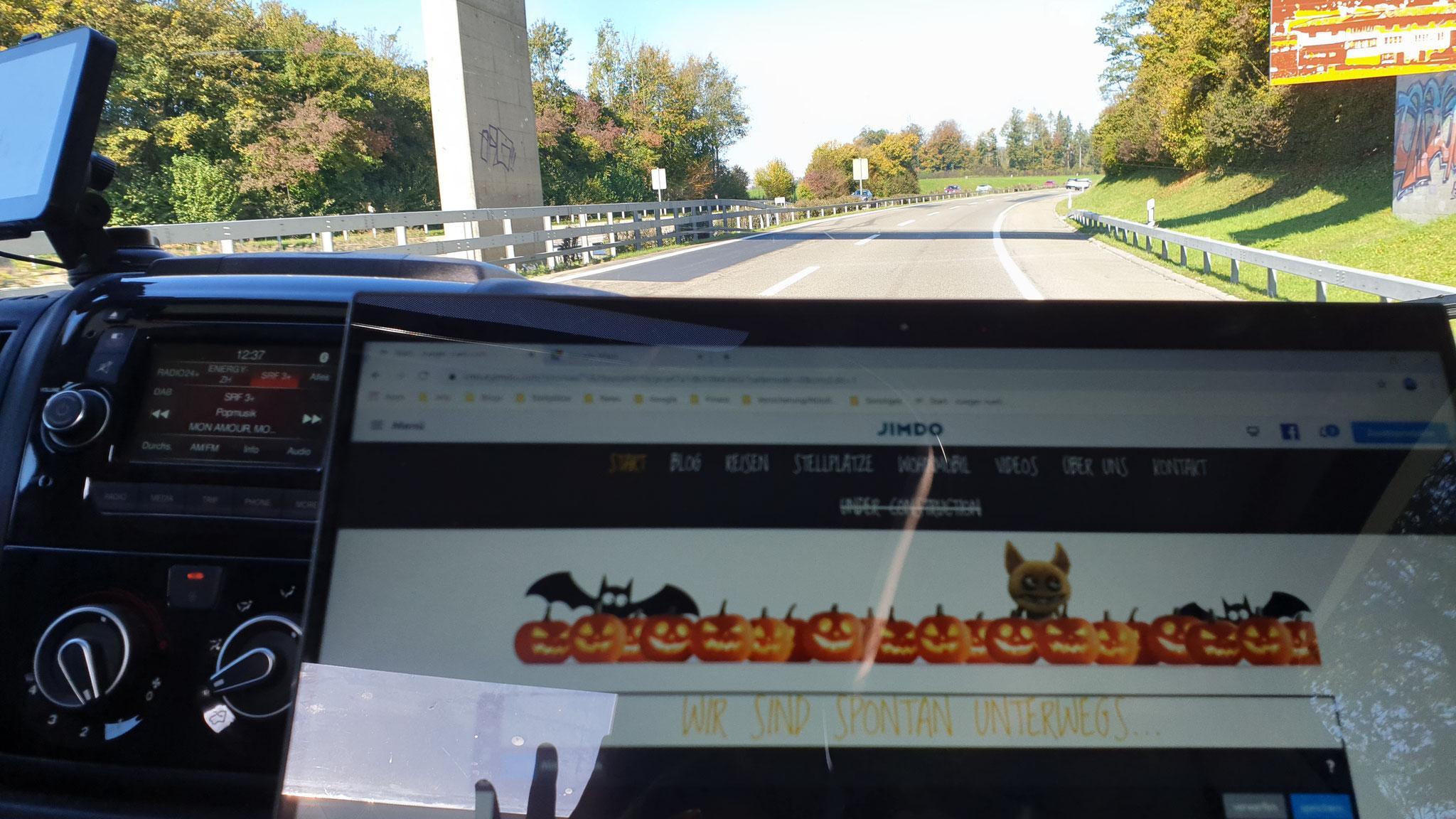 Schnell noch den Blog vorbereiten während der Fahrt