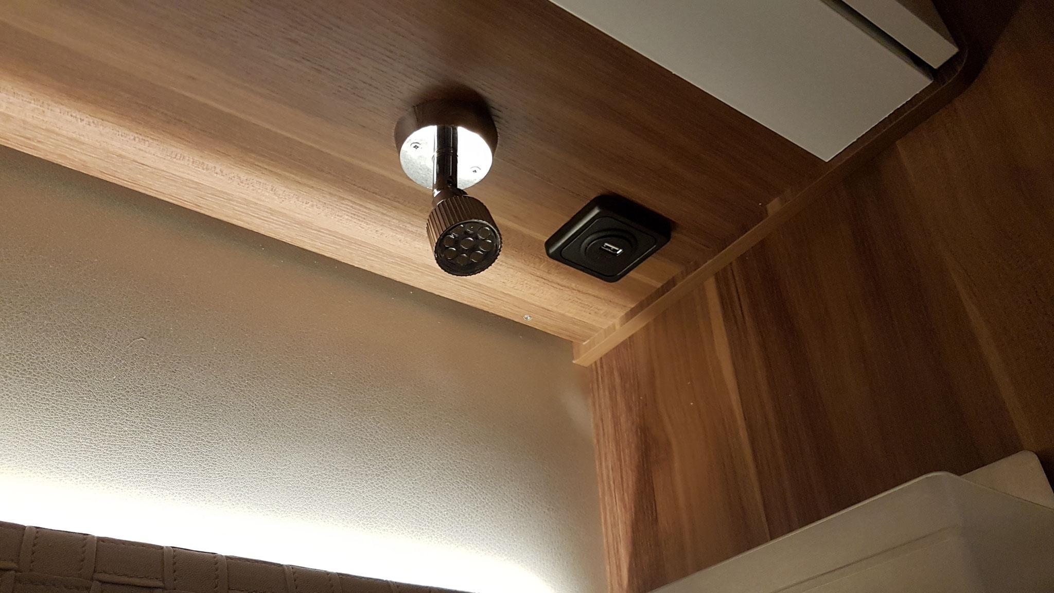 Die neuen USB-Steckdosen neben den Schlafzimmer-Lämpchen
