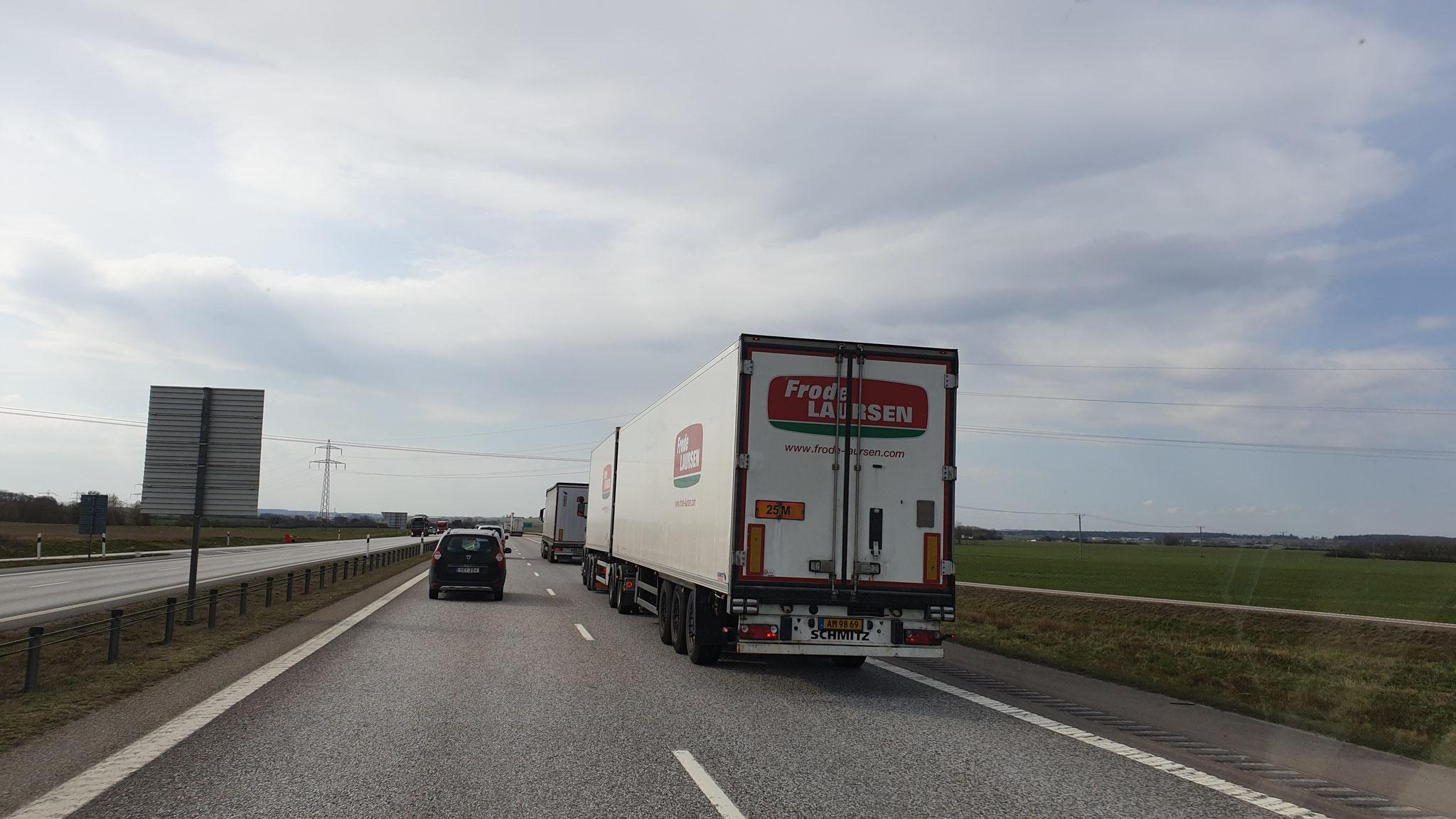 25 Meter ... wir sahen LKW's mit 32 Meter Länge