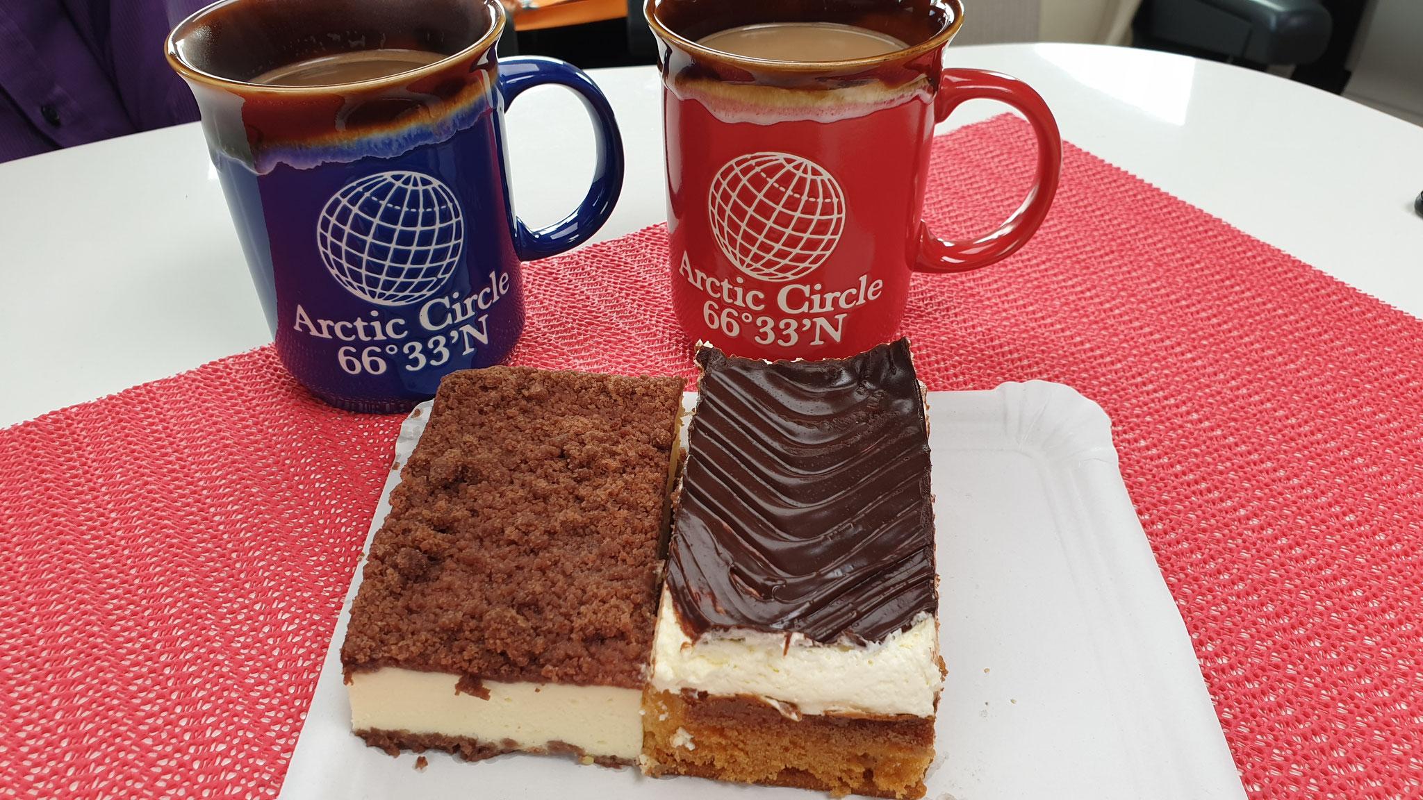 Kaffee und Kuchen mit Zupfkuchen und Donauwelle