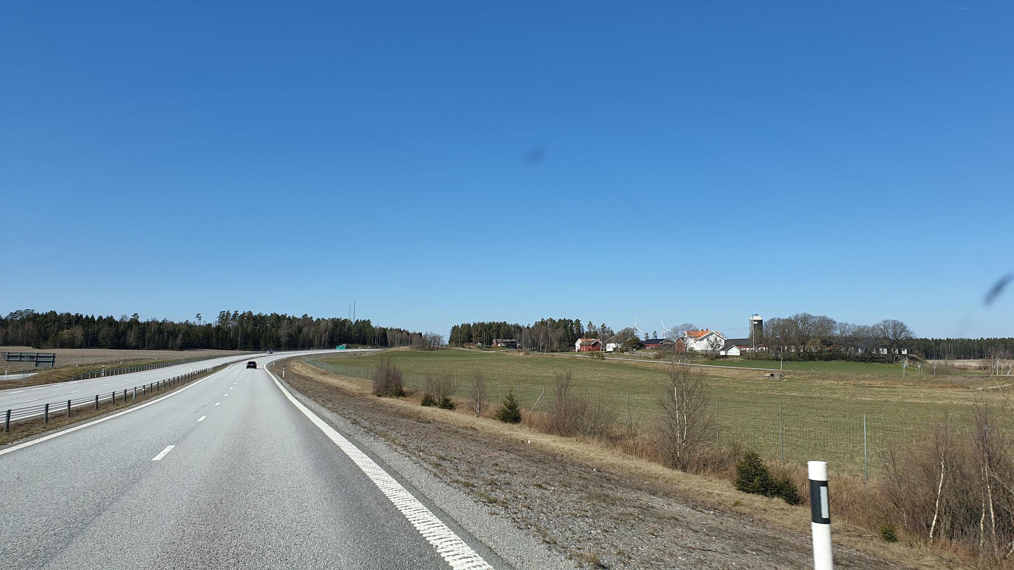 Strahlend blauer Himmel in Schweden
