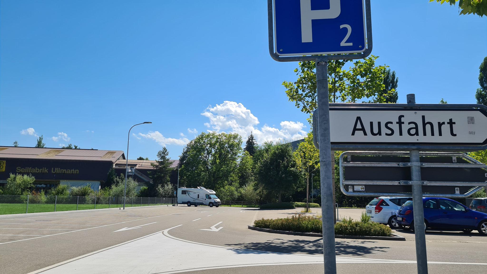 ...dürfen Camper und Busse hier sogar kostenlos stehen!