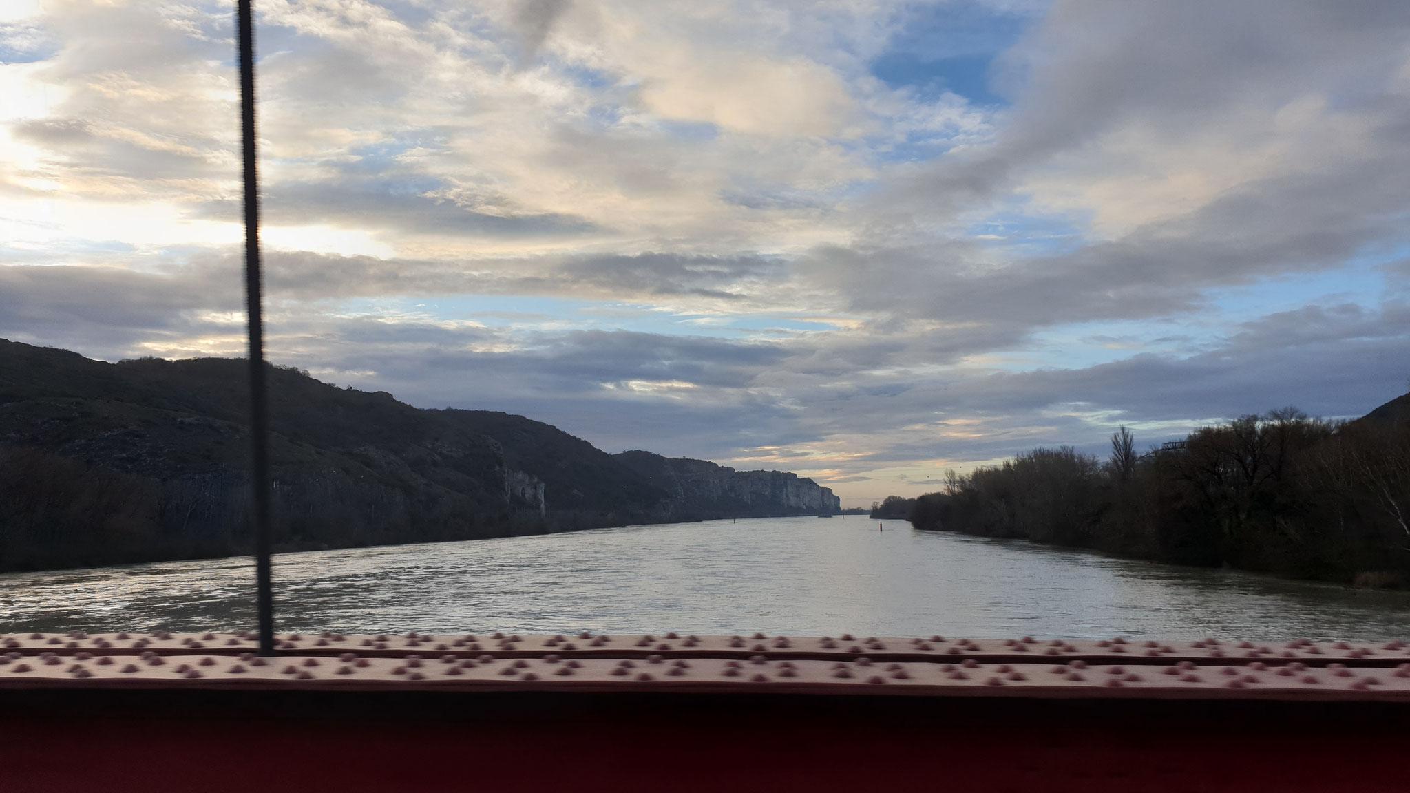 Fahrt über den Fluss