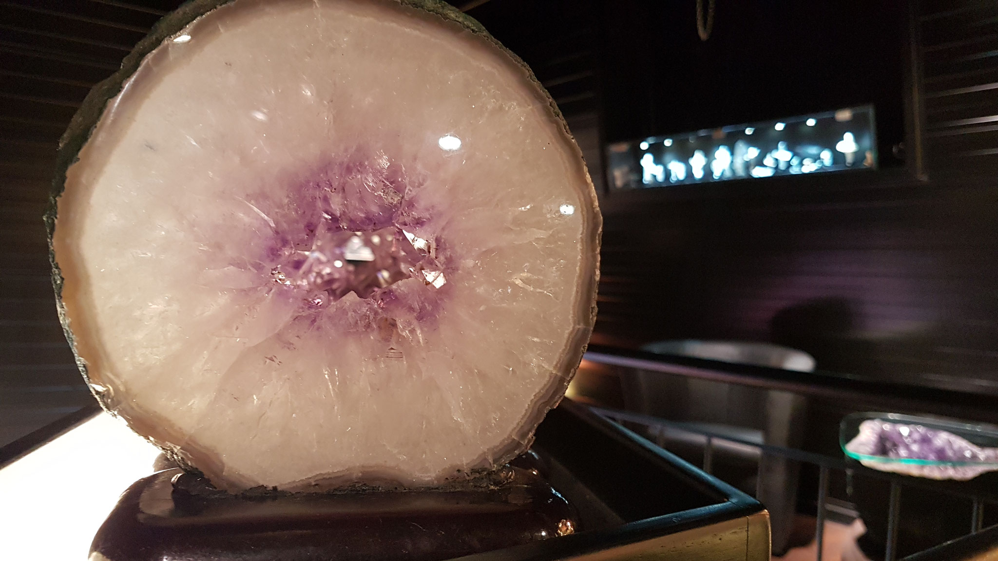 Ein Foto mitten durch viele Einzelscheiben aus Kristall