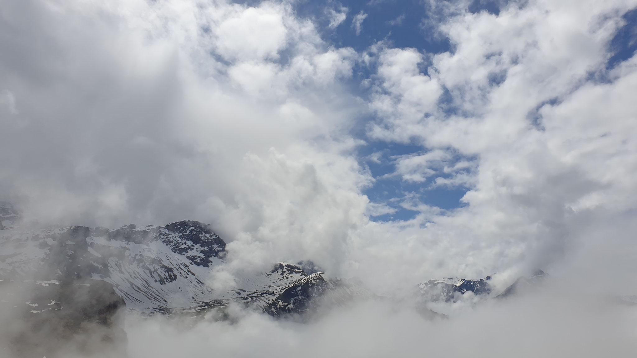 wunderschön die Berge in den Wolken
