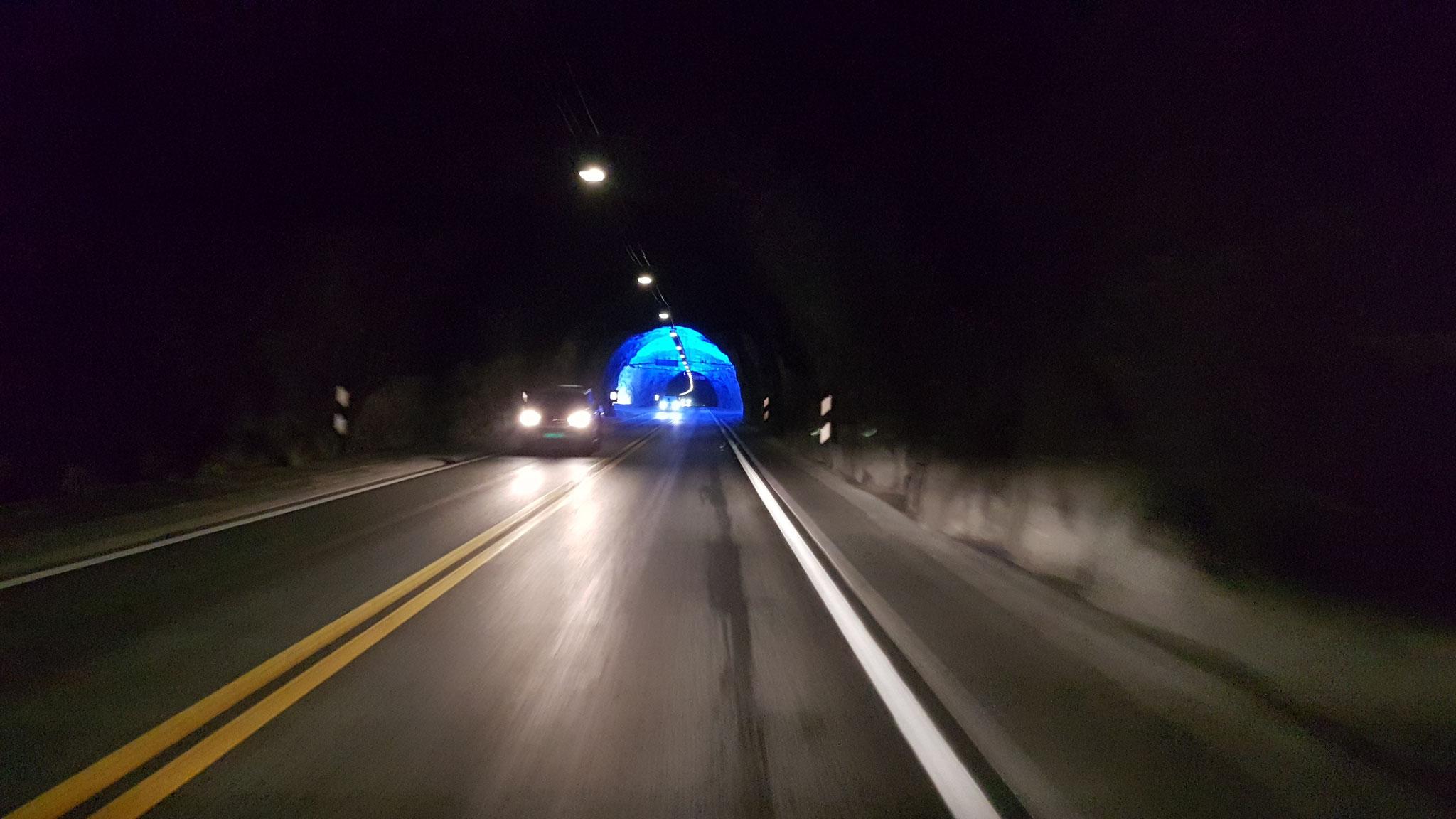 weit vorne sieht man ein blaues Licht...