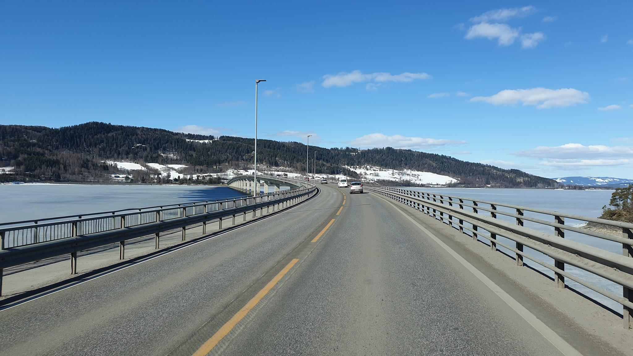 Nach Ringsaker geht es über die Brücke