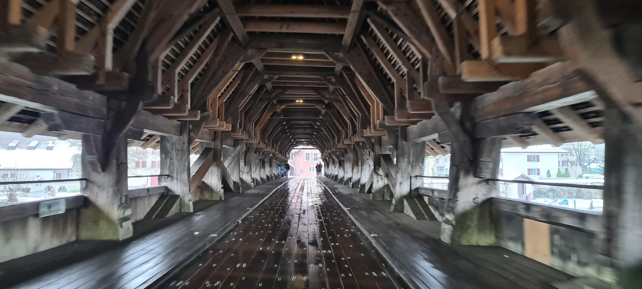 ...schöne alte Holzbrücke...