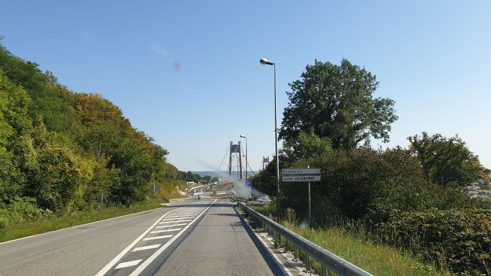 Die Brücke mit der defekten Mautstation :( Schranke unten,...