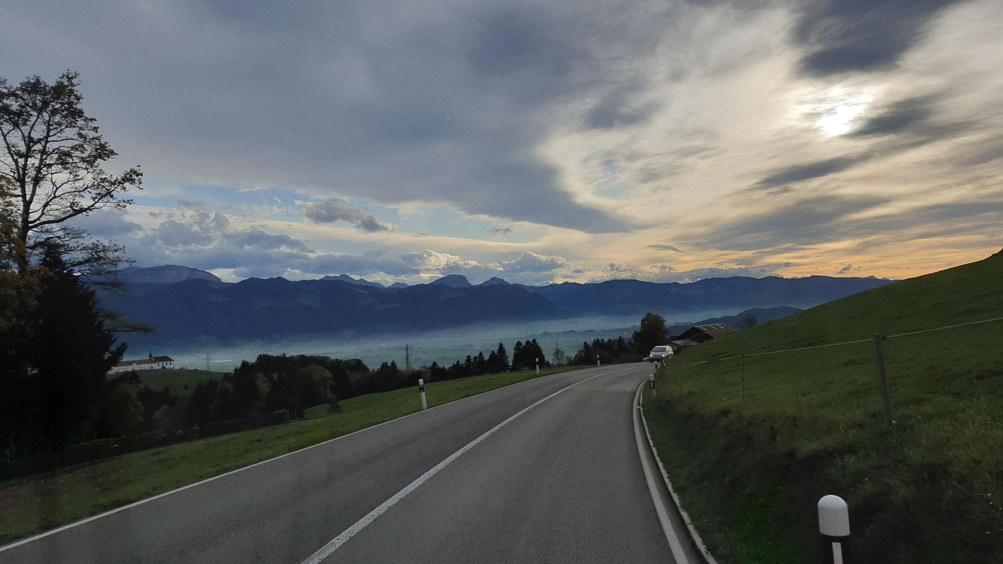 Über Linth und Ober-/Zürichsee liegt...