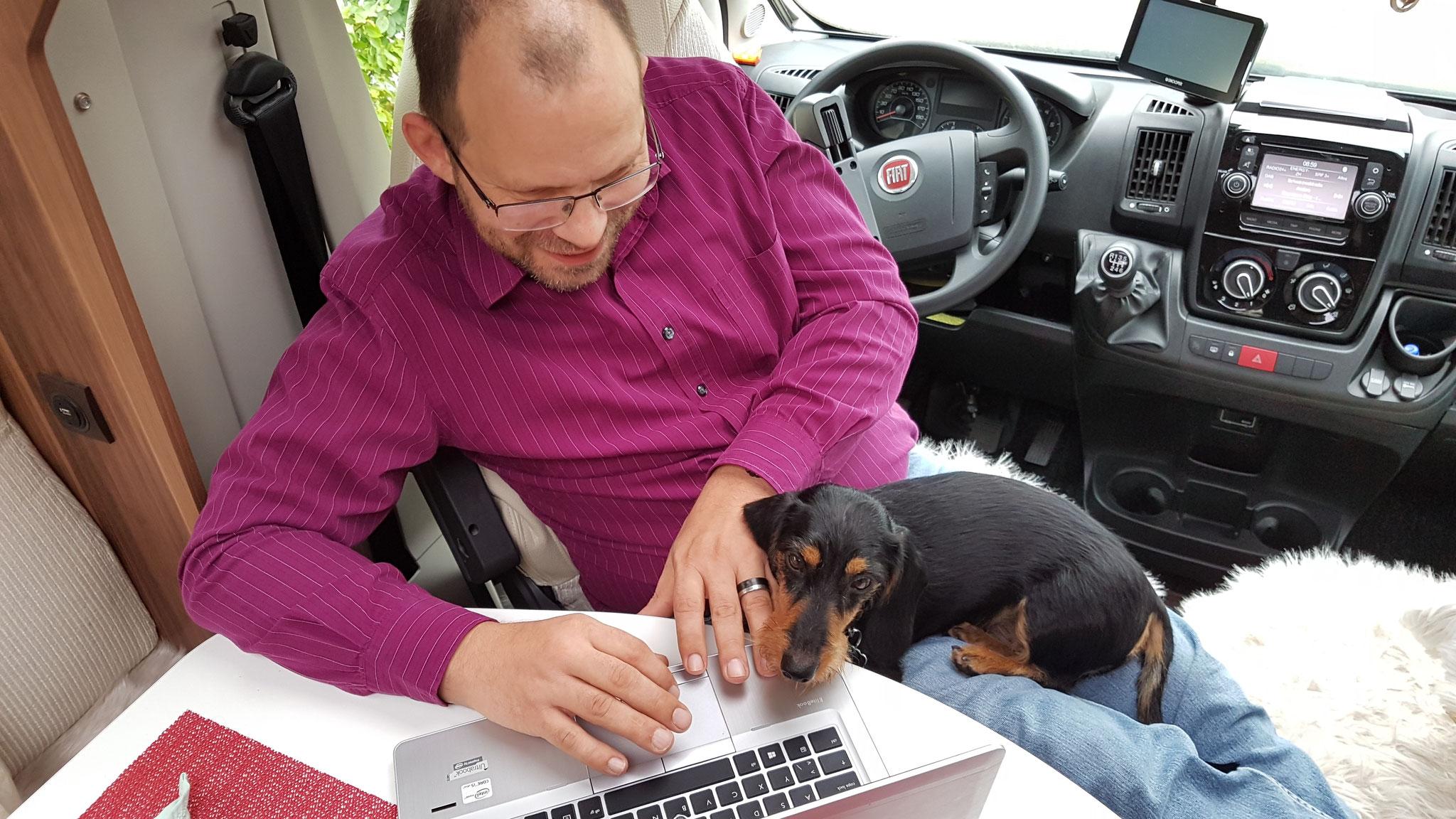 Olly bei der Computerarbeit