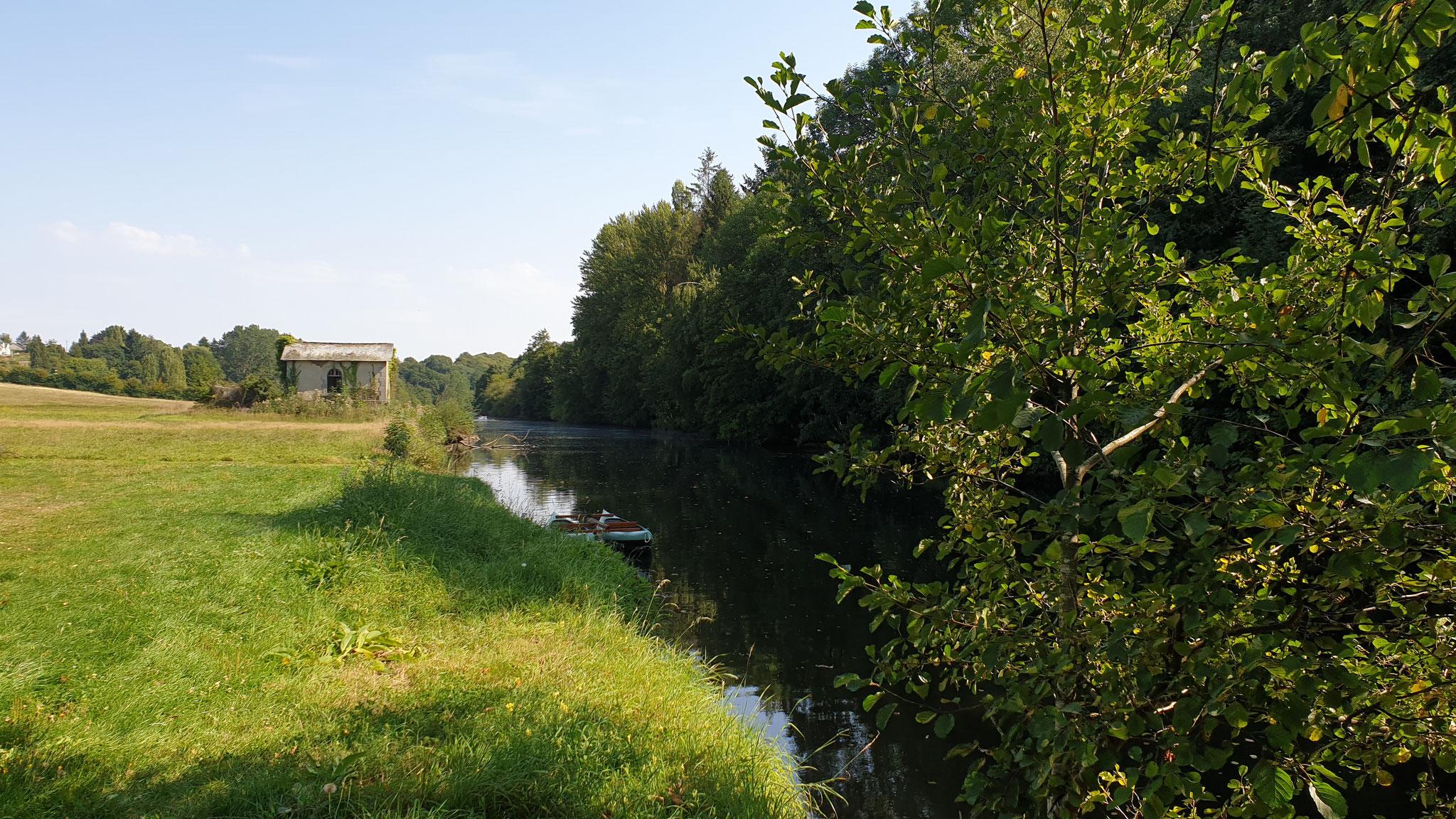 Der Fluss direkt neben dem Stellplatz