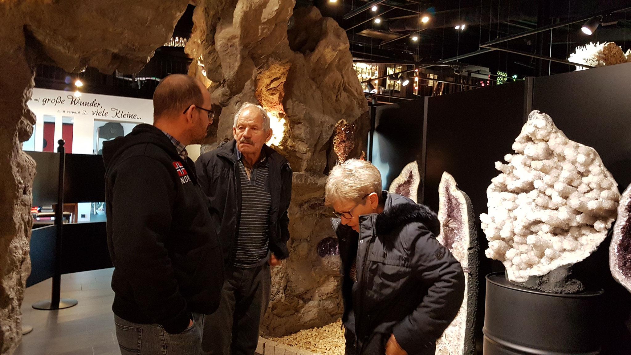 Die ganze Familie beeindruckt von den Kristallen und was es zu sehen gibt