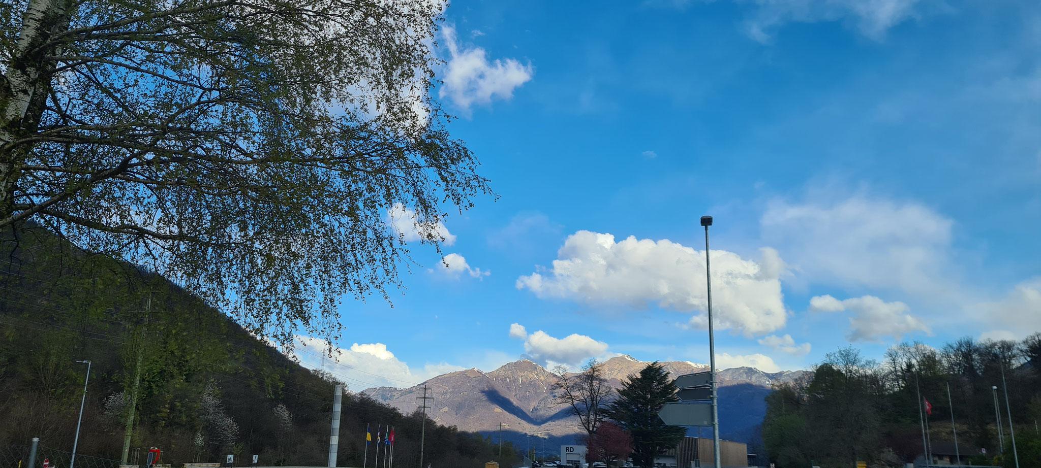 Im Tessin noch blauer Himmel...