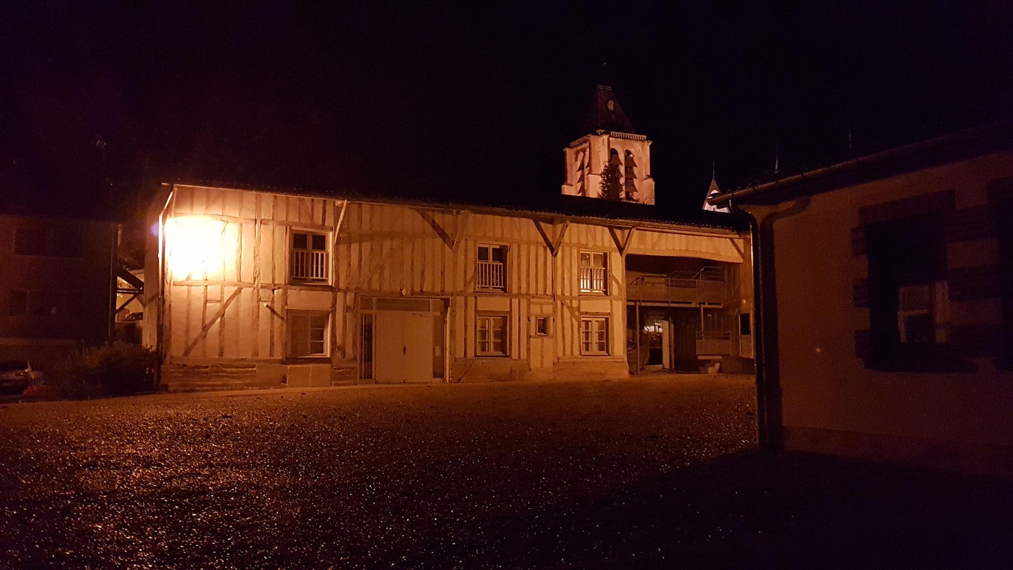 Das abendlich beleuchtete Dorf
