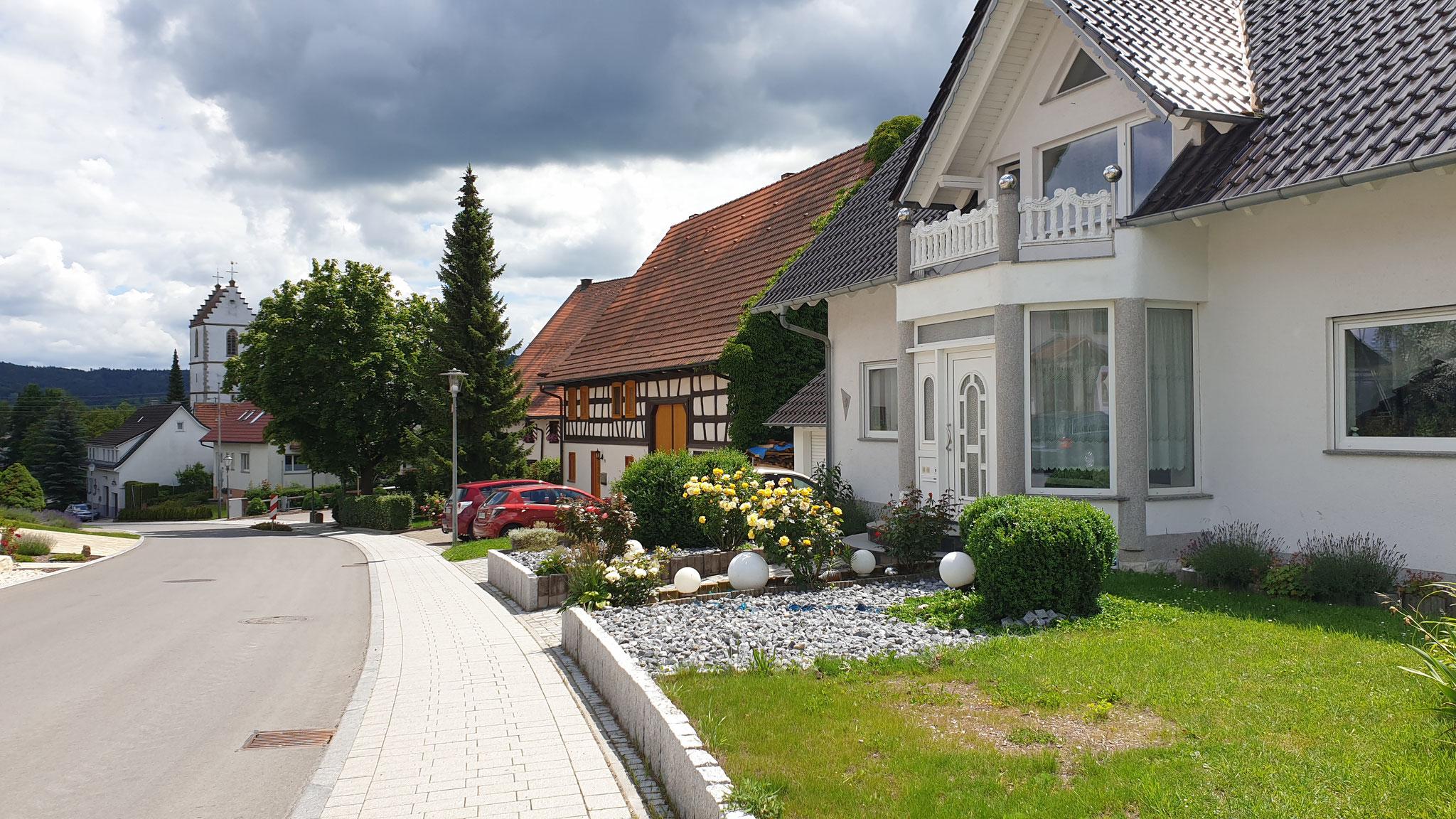 Zurück durch das schöne Dorf Dietingen...