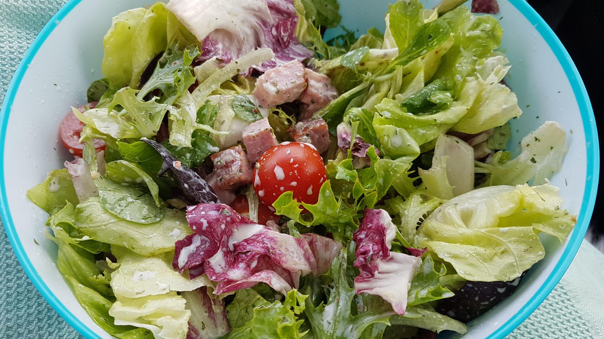 On-the-Road-Salat mit Schinken-Würfeli