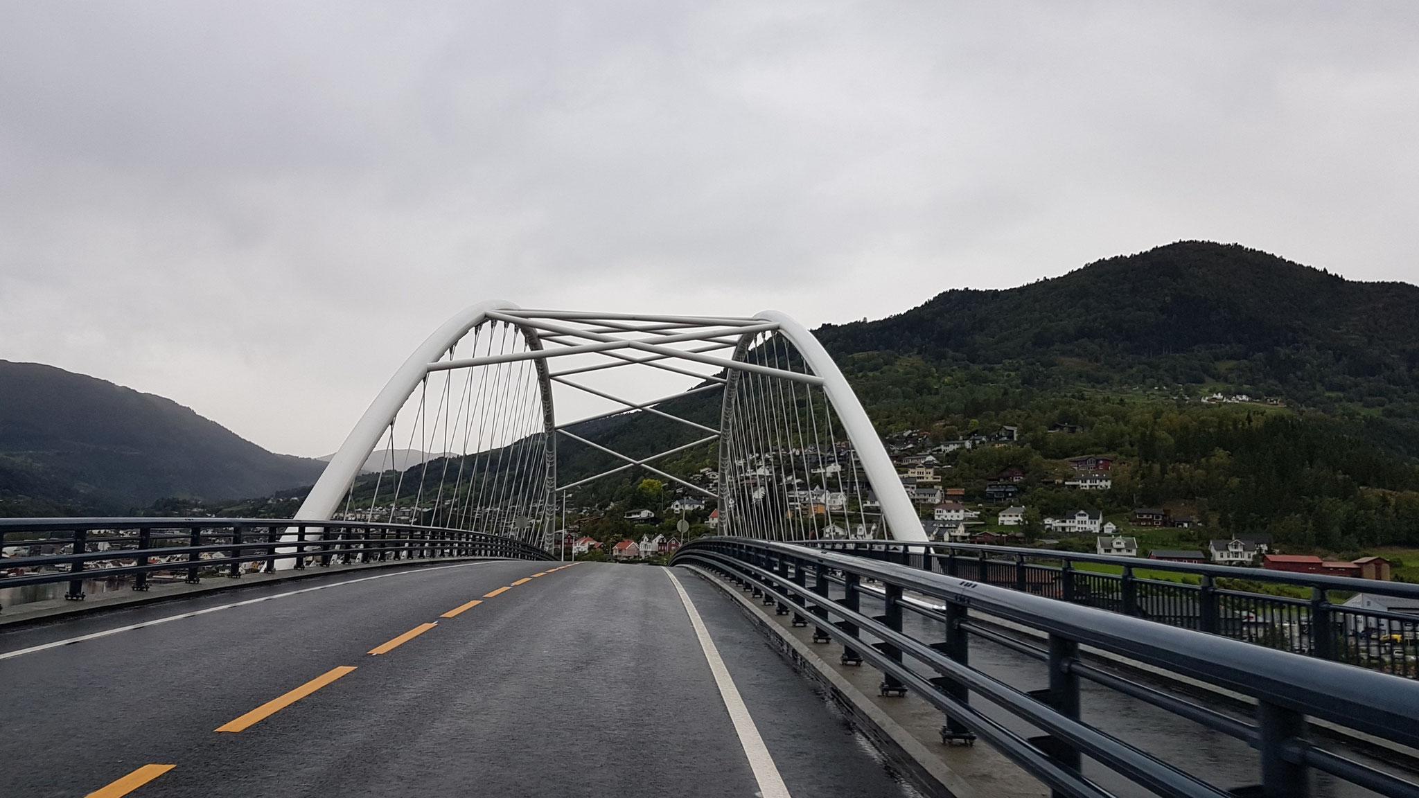 ...und über Brücken