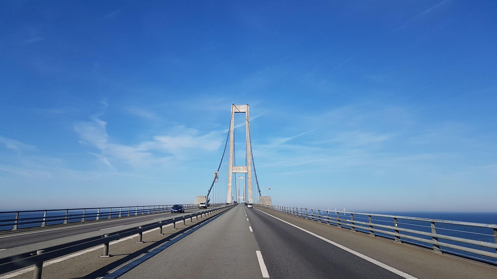 Über die Brücke bei strahlendem Sonnenschein