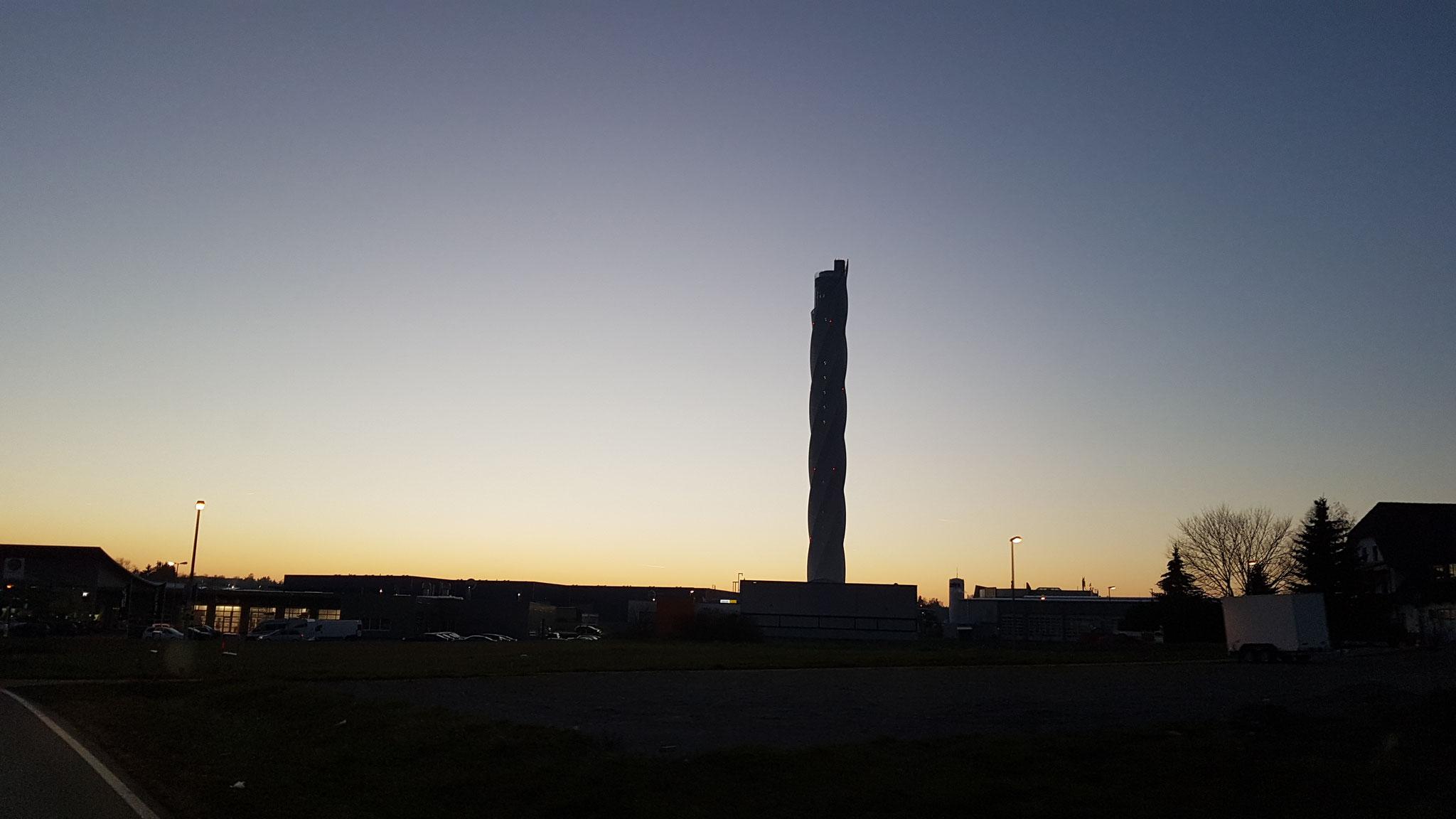Der Thyssenkrupp-Turm bei Sonnenuntergang