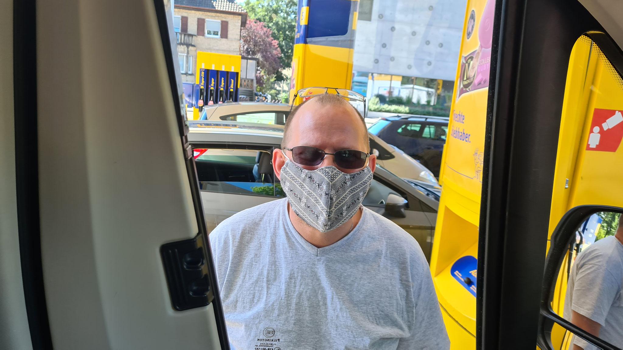 Maskenpflicht muss sein beim Tanken...