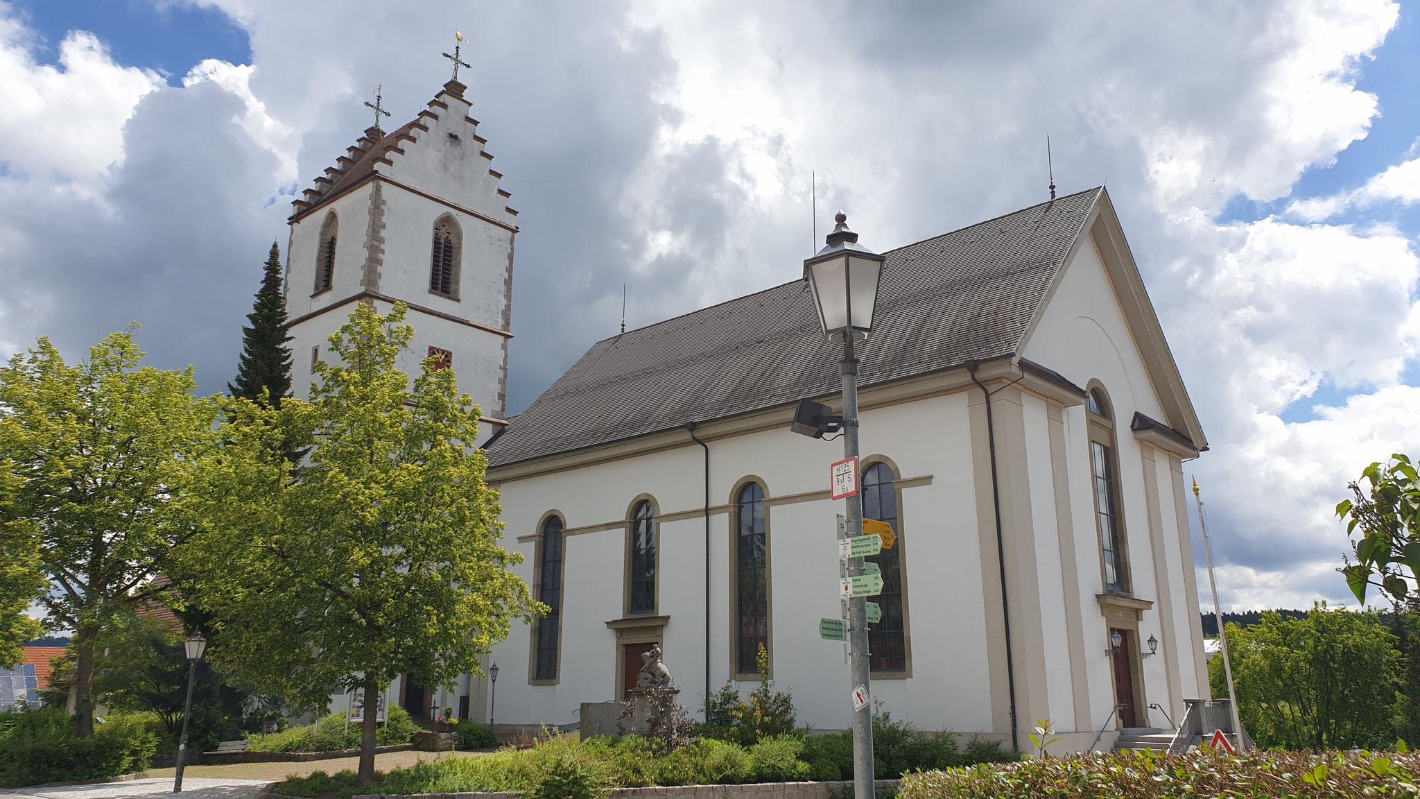 Düstere Wolken über der Kirche aber es bleibt schön