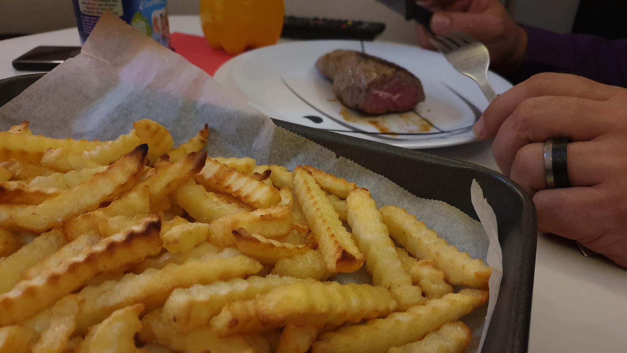 Abendessen: Rinderhuftsteak und Pommes