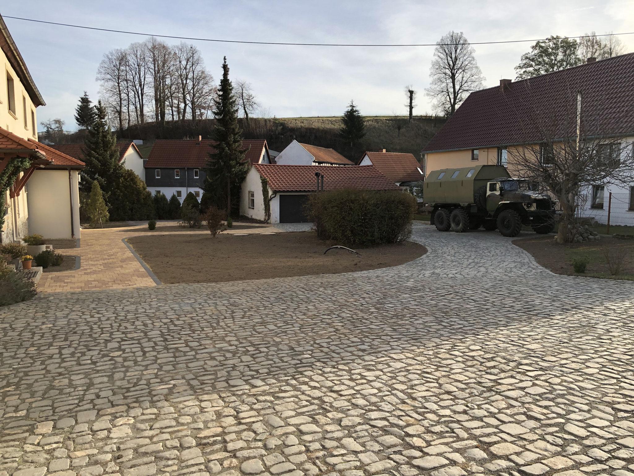 Komplette Neugestaltung Außenanlagen mit Beton- und Naturstein-Pflaster