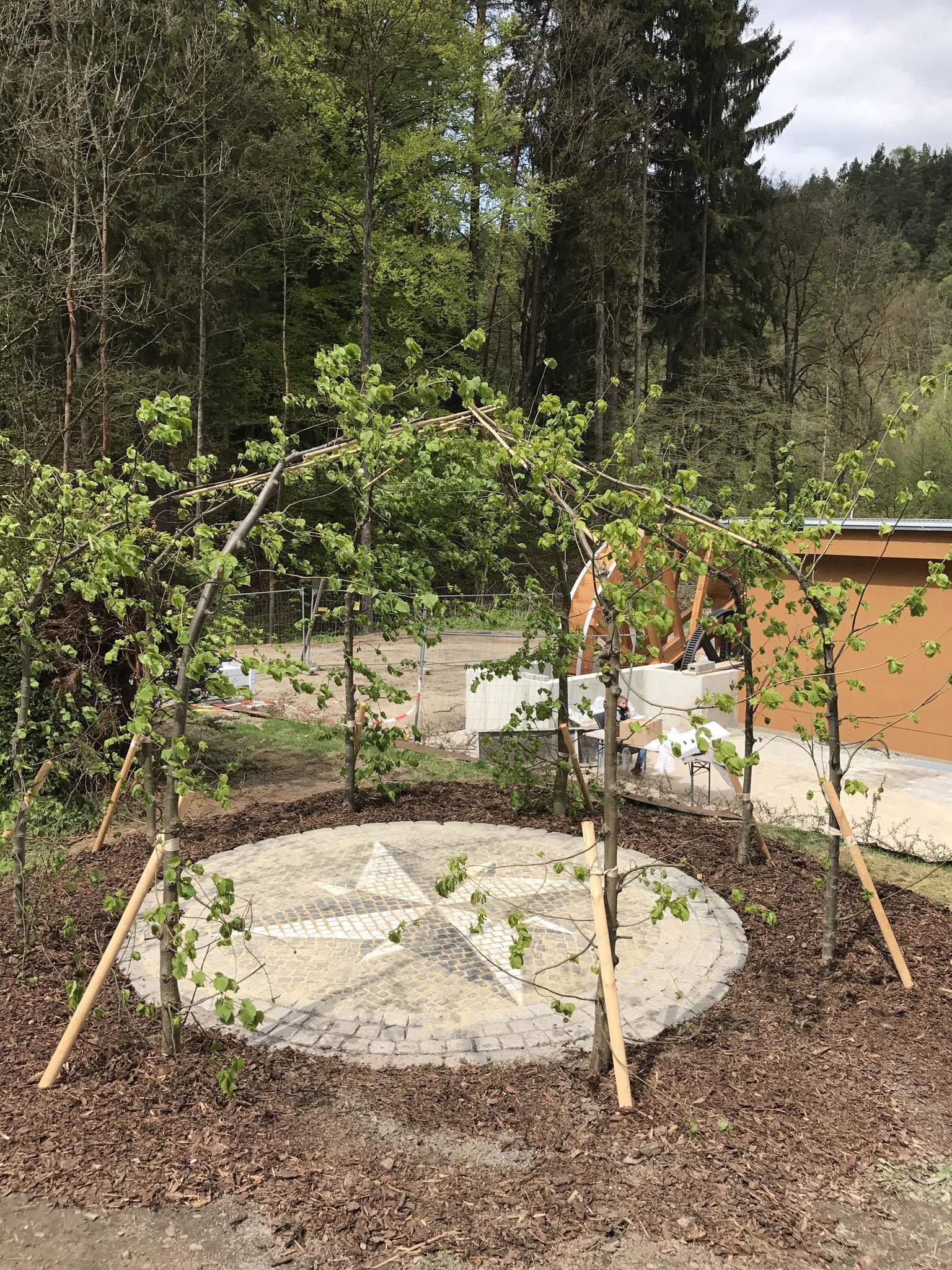 """""""Lindenlaube"""" mit gepflasterter Windrose in Naturstein"""