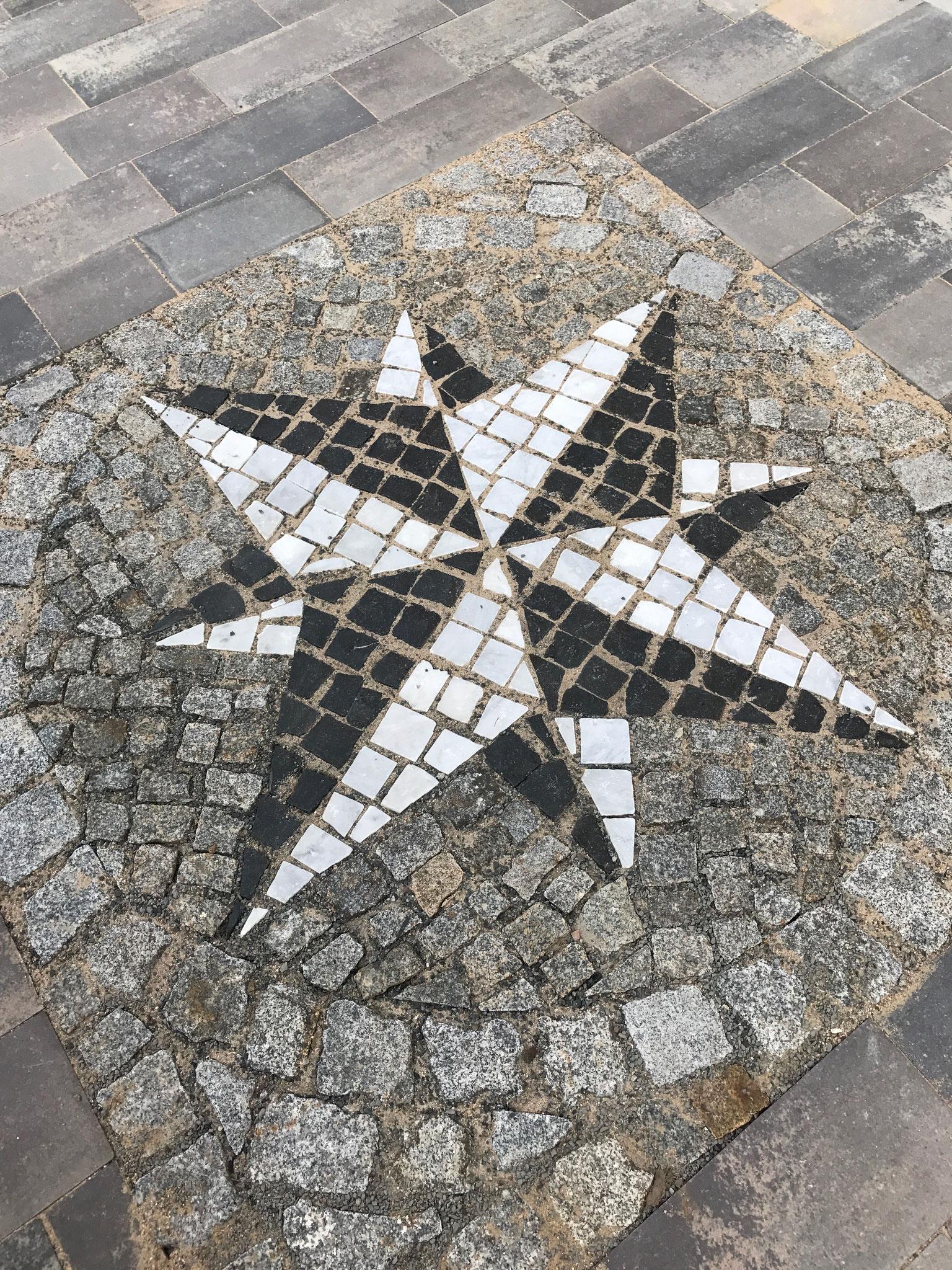 """""""Windrose"""" mit Naturstein-Mosaikpflaster Basalt/Carrara-Marmor in Wunschgröße"""