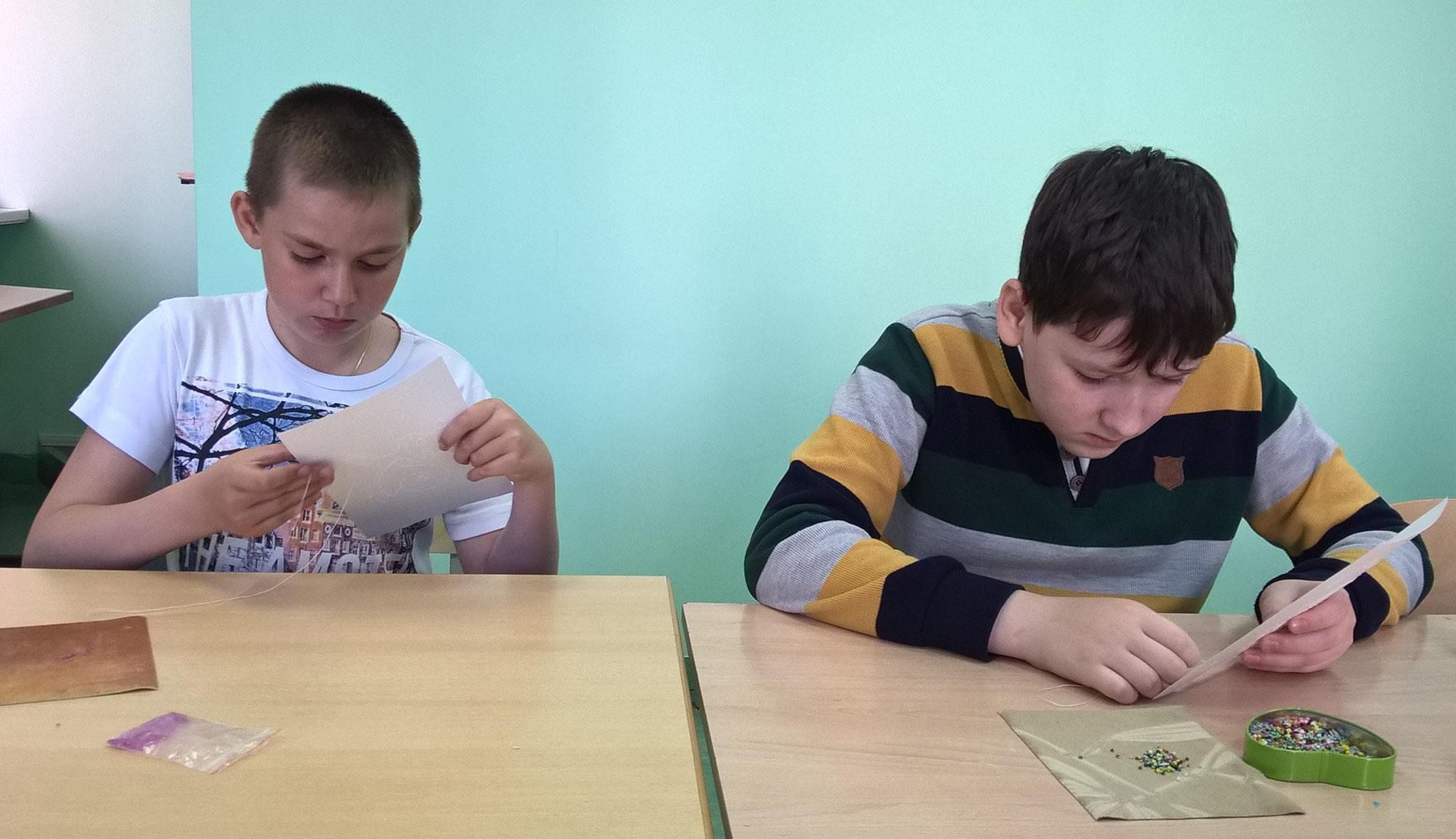 Дима, Олег вышивают бисером на картоне