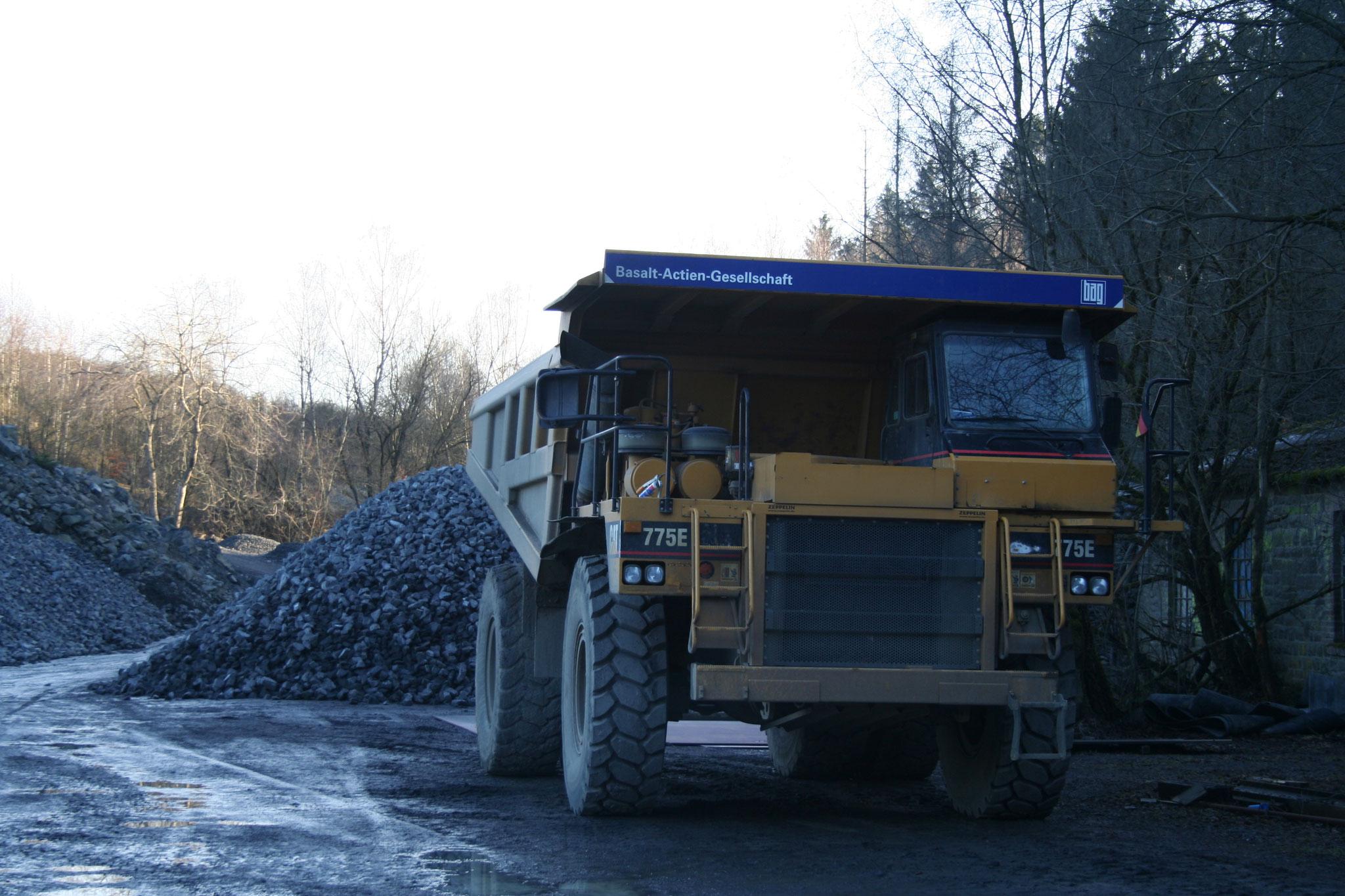 Steinbruch Stockum - Muldenkipper zum Transport der Basaltbrocken
