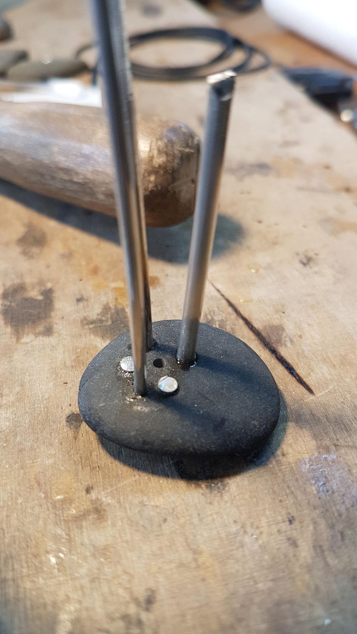In alle Löcher wird Silber eingearbeitet.