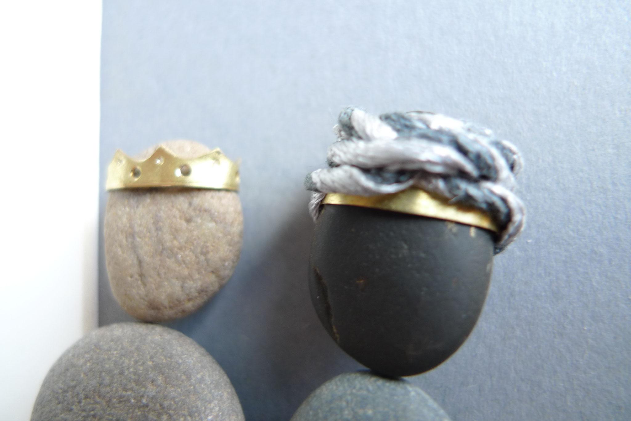 Die Kronen sind aus Messing gefertigt, der Turban aus einem gekordelten Faden.