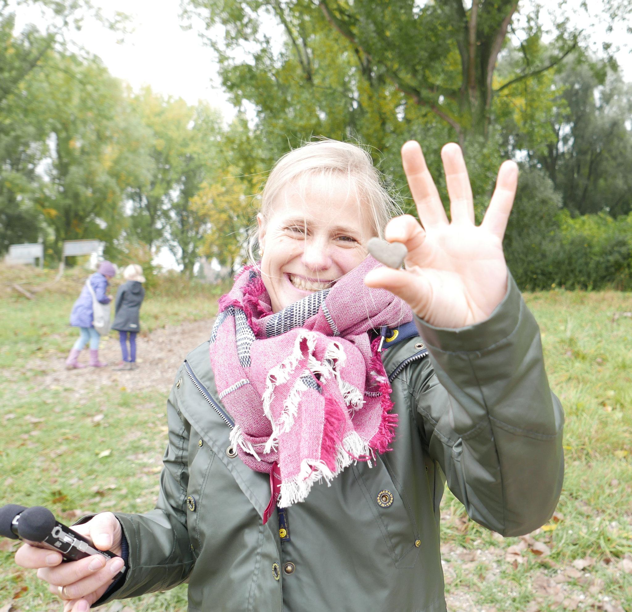 Die KiRaKa Reporterin interviewt zusammen mit den Kinderreportern, die Goldschmiedin Silke Holdinghausen, wie sie aus RHEiN-KiESELN Schmuck arbeitet.