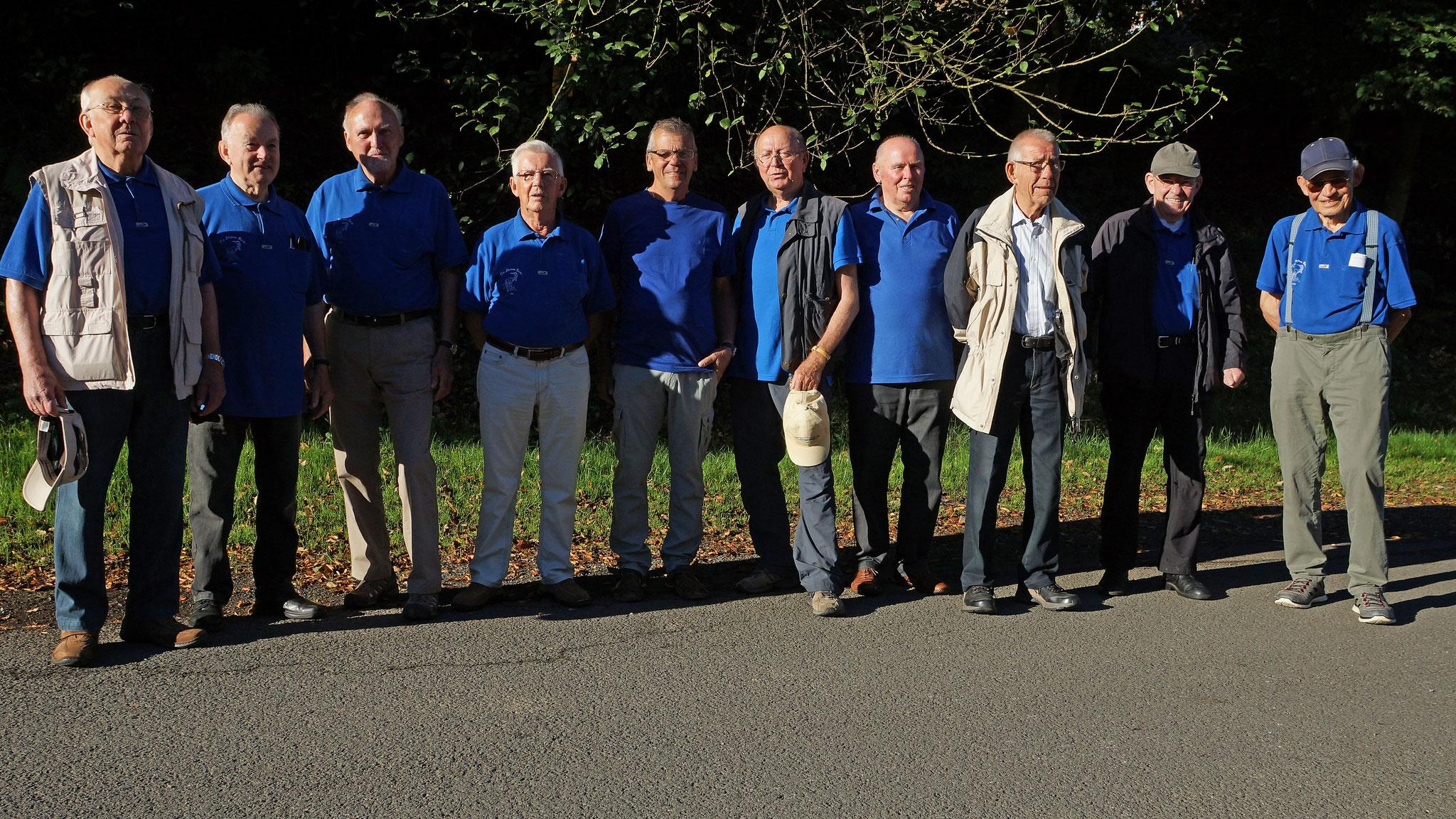 Foto an der Sporthalle vor Abfahrt an die Lahn (24.08.2016) v.l. H. Kaufmann, K-H. Schmidt, H. Wacker, G. WEnzel, B. Wörner, D. Heuer, L. Maiworm, G. Schöber, K-H. Kaufmann, H. Engel