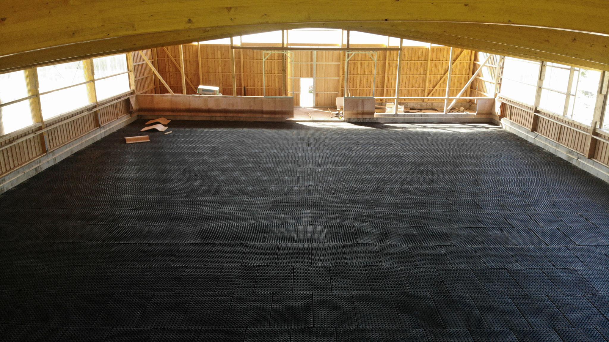 Nun sind bereits die Matten für unseren Reitboden verlegt: stoßdämpfend, rutschfest und eine perfekte Trennschicht zwischen Split und Sand.