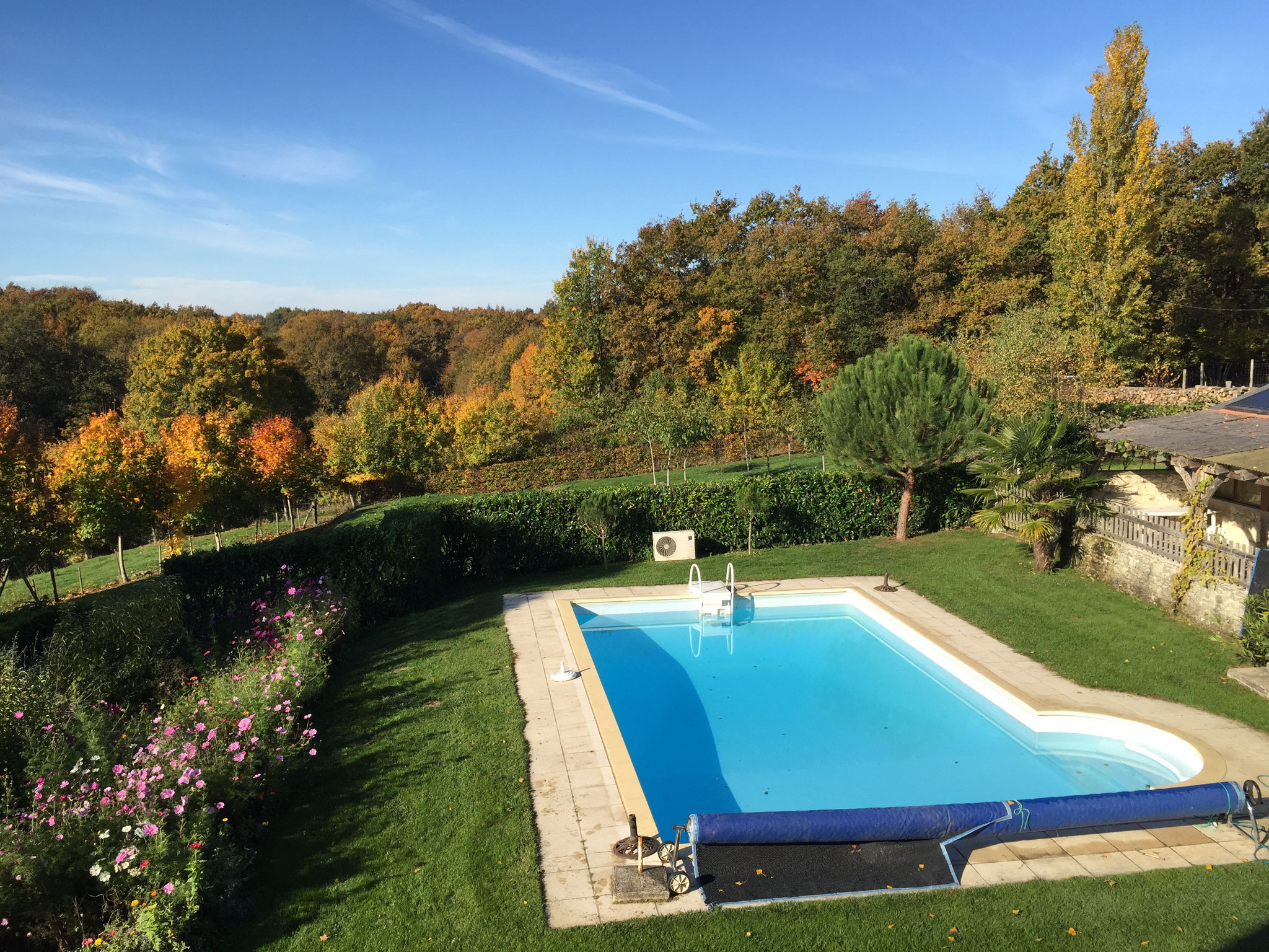 Gîte poolside view with Autumn colors
